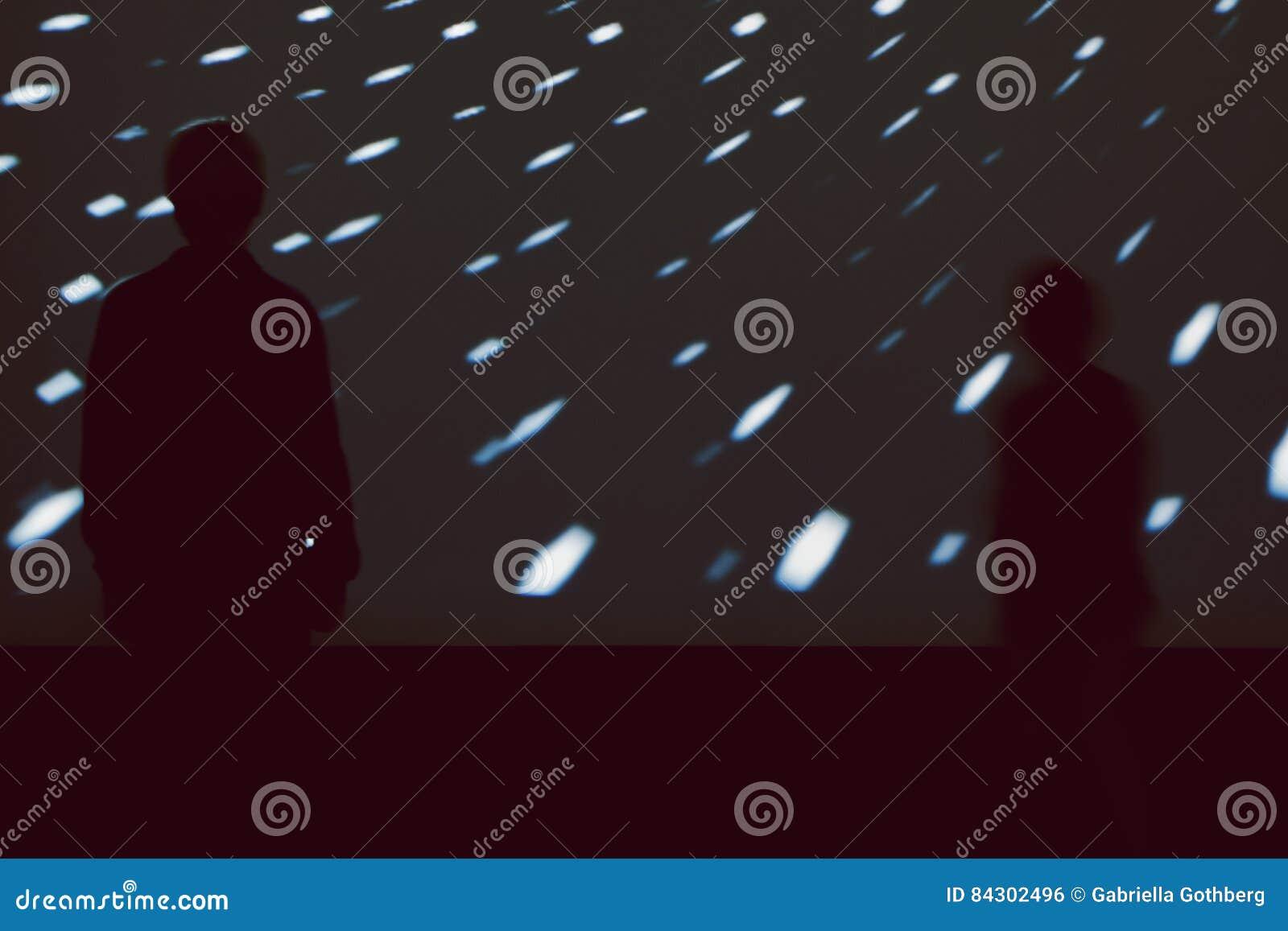 Silhouetten van kinderen voor het grote lichte scherm