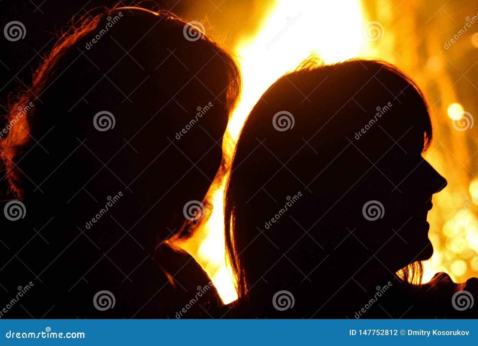 Silhouetten van mensen op een brandachtergrond