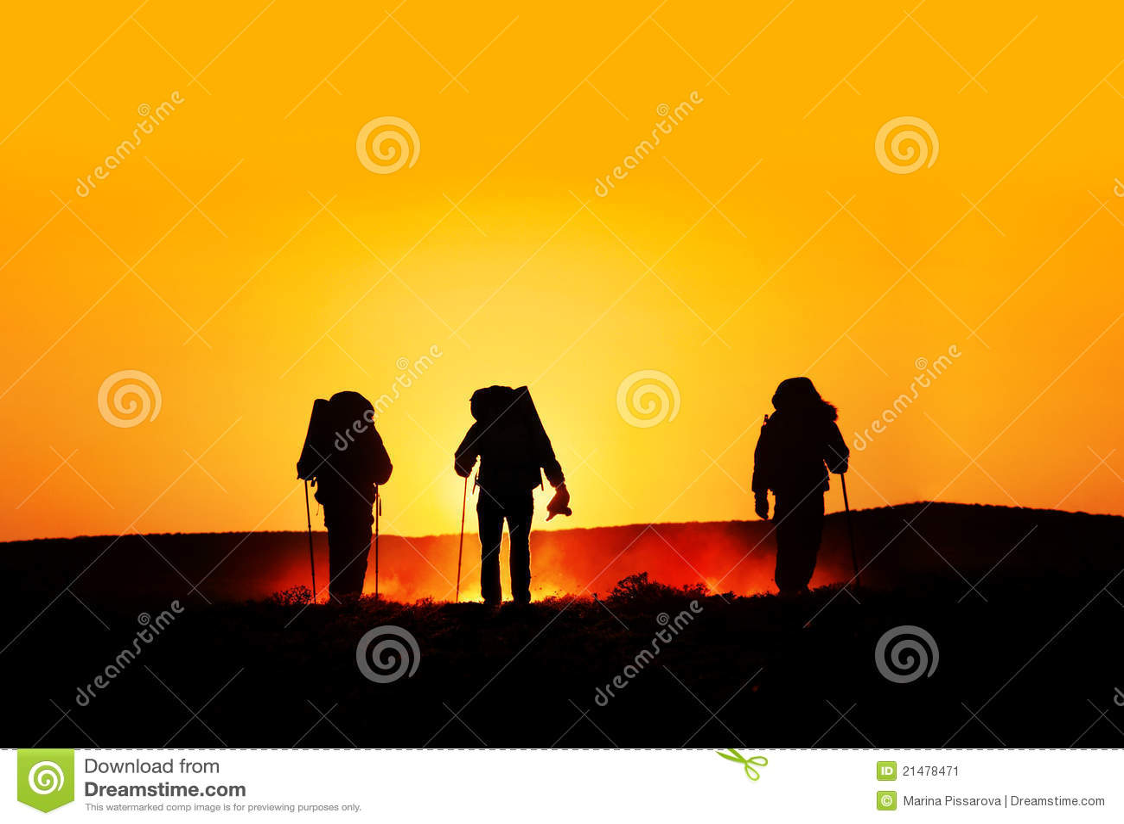 Silhouettes турист захода солнца