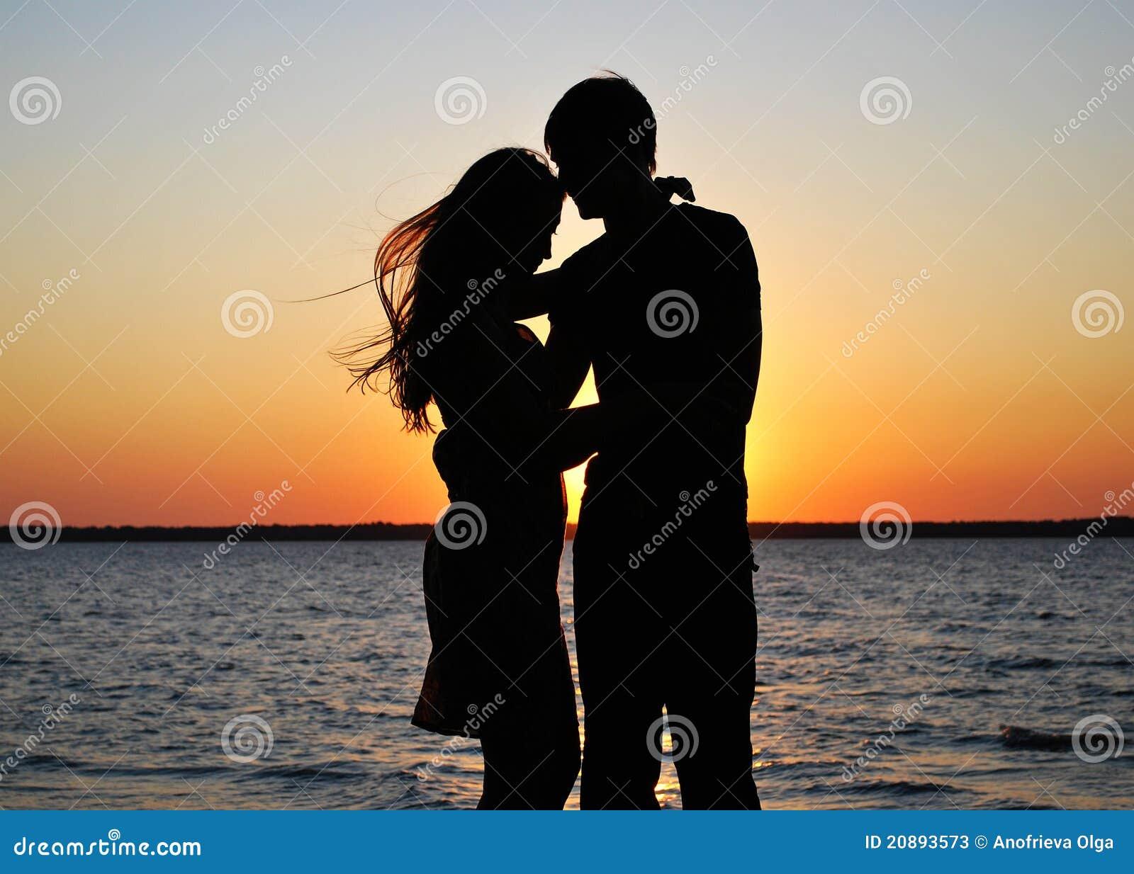 Silhouettes des couples amoureux
