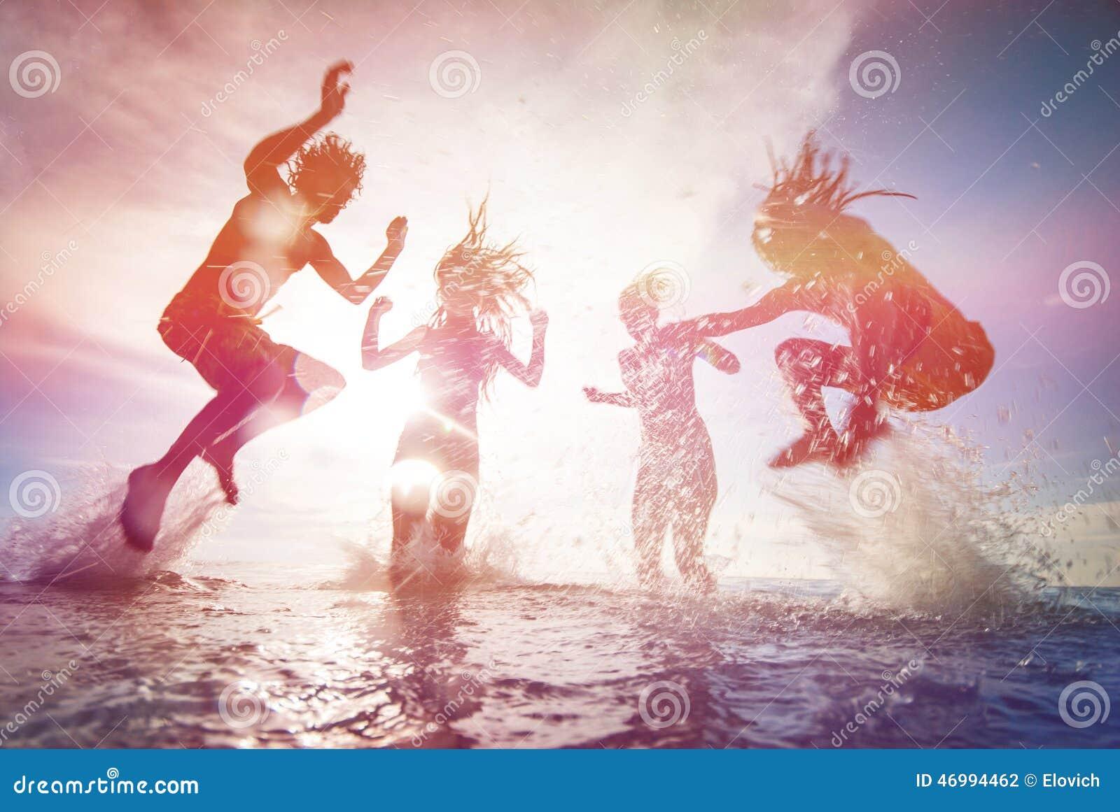 Silhouettes des jeunes heureux