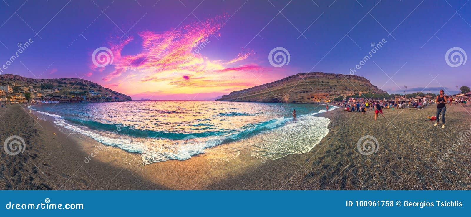 Silhouettes des personnes heureuses nageant et jouant en mer au coucher du soleil, concept au sujet de avoir l amusement sur la p