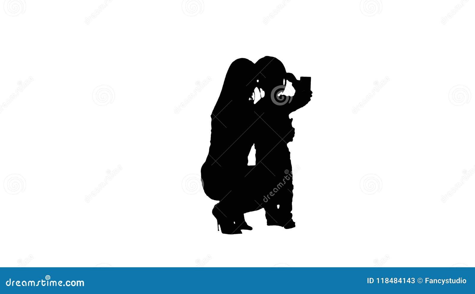 Silhouettez le garçon prenant un selfie avec sa mère