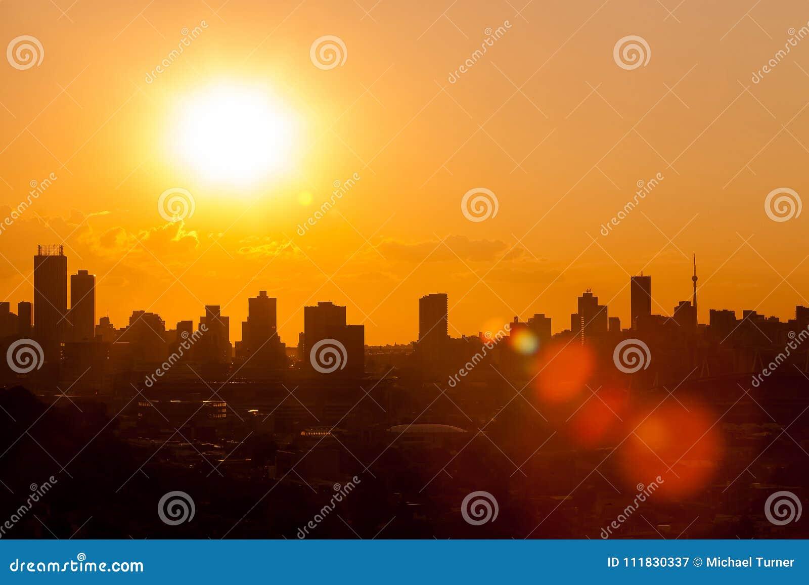 Silhouettez le paysage urbain de coucher du soleil de ville à Johannesburg Afrique du Sud
