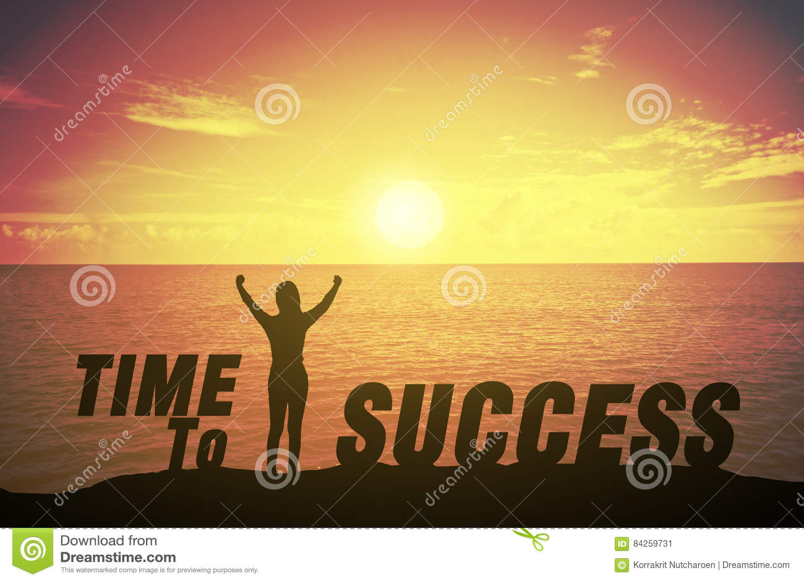 Silhouettieren Sie die junge Frau, die sich ihre Hand über Siegerkonzept rechtzeitig gegen Erfolgstext behauptet und anhebt