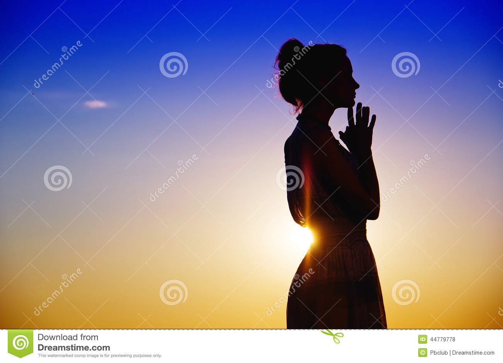 Silhouettierte Frau tief im Gedanken