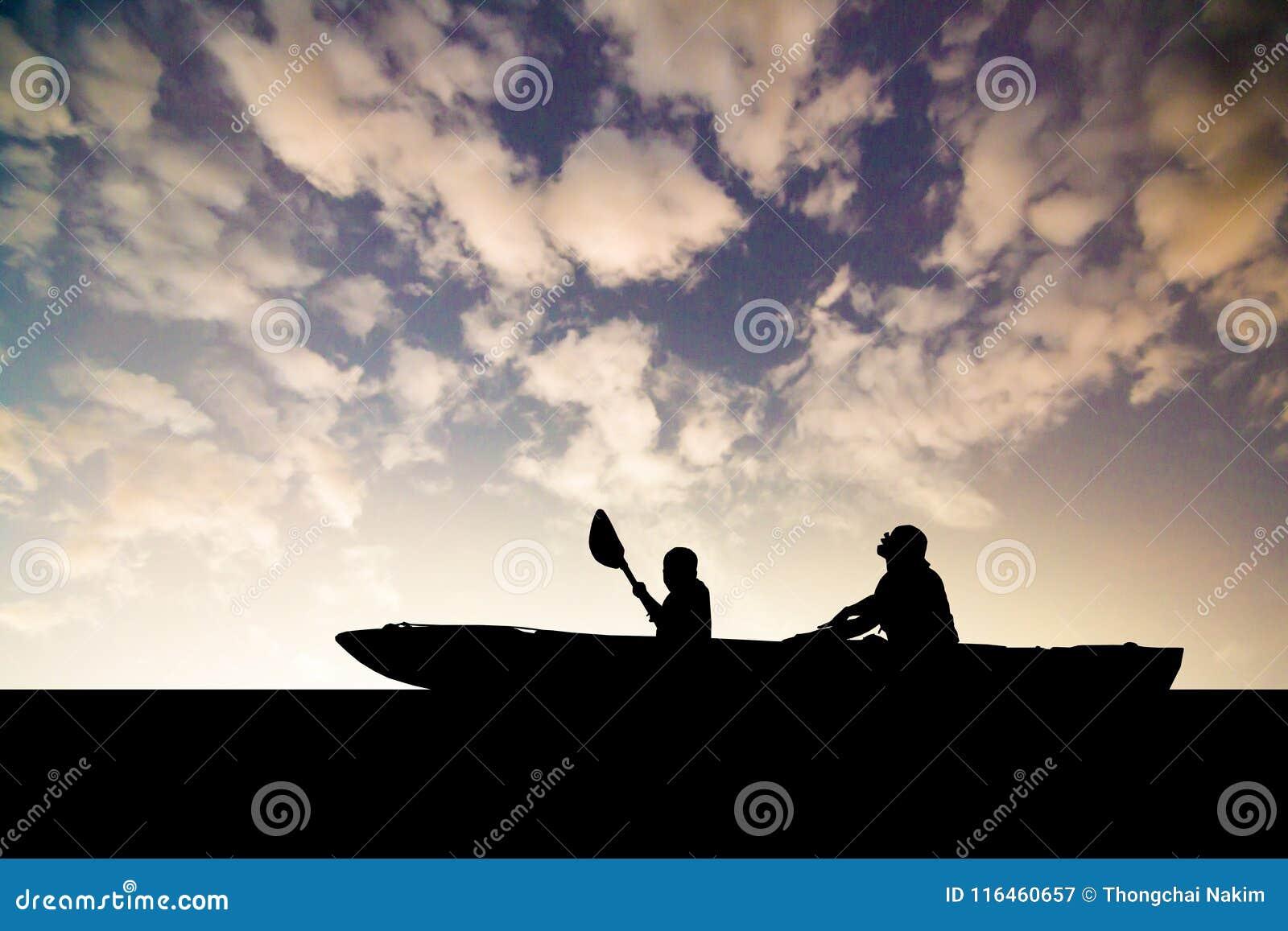 Silhouetzoon en moeder op boot
