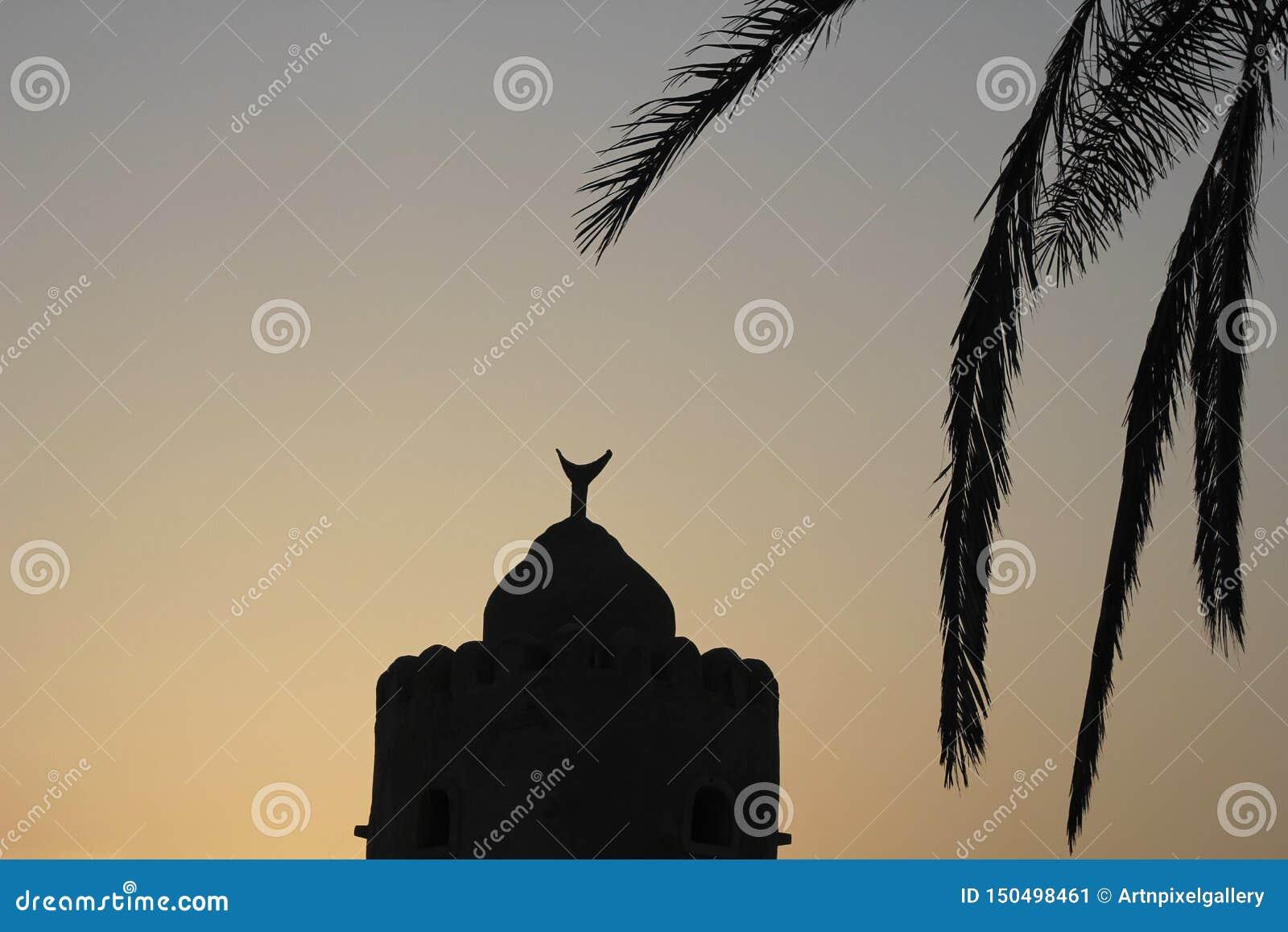 Silhueta crescente da palma de data da mesquita do eid da arquitetura árabe