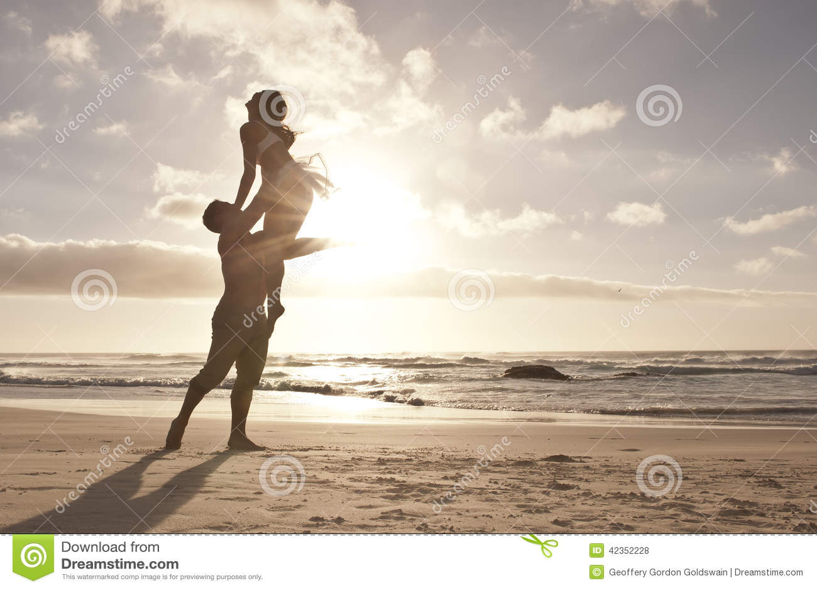 Silhueta da dança romântica dos pares na praia