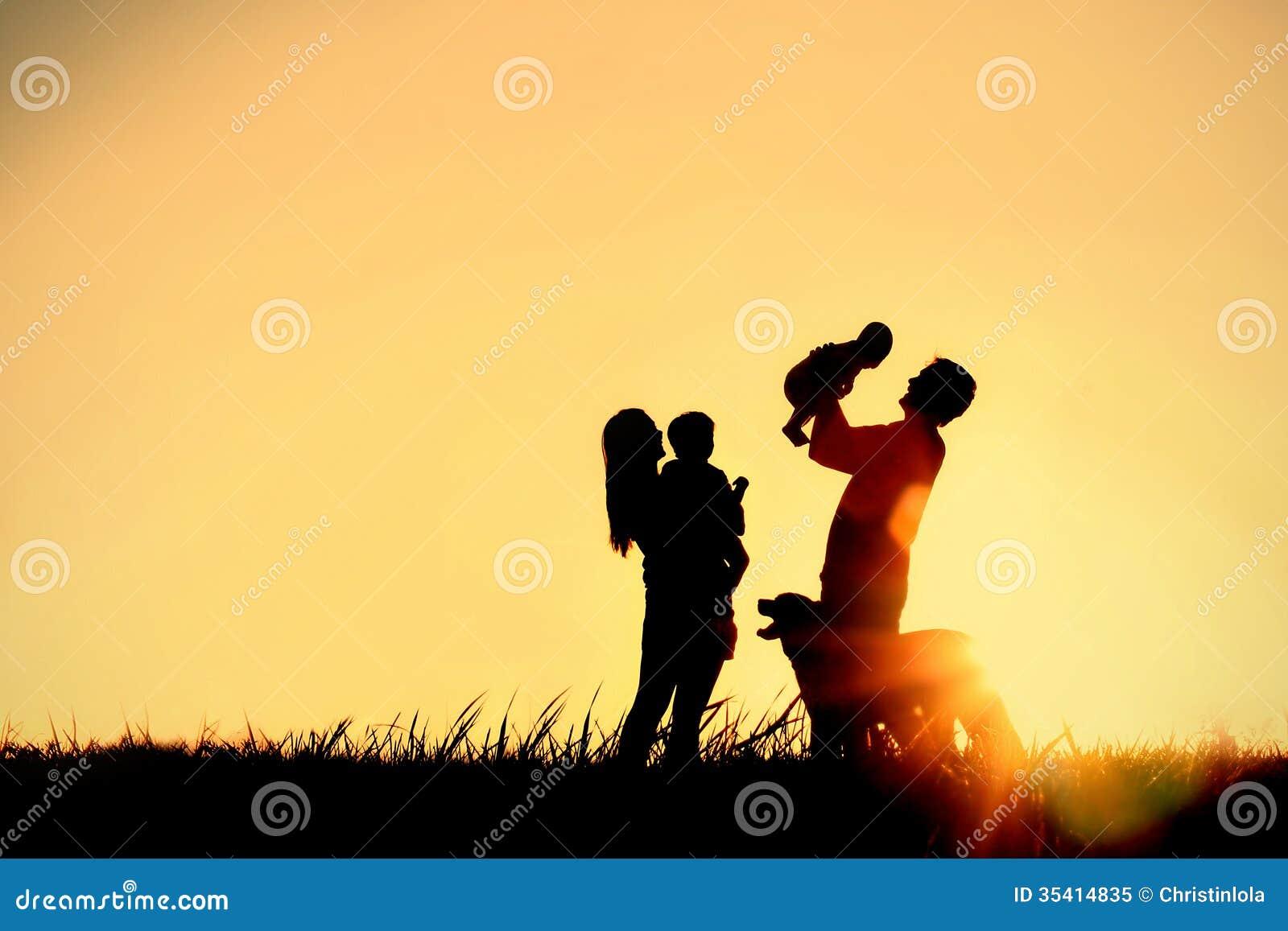 Silhueta da família e do cão felizes