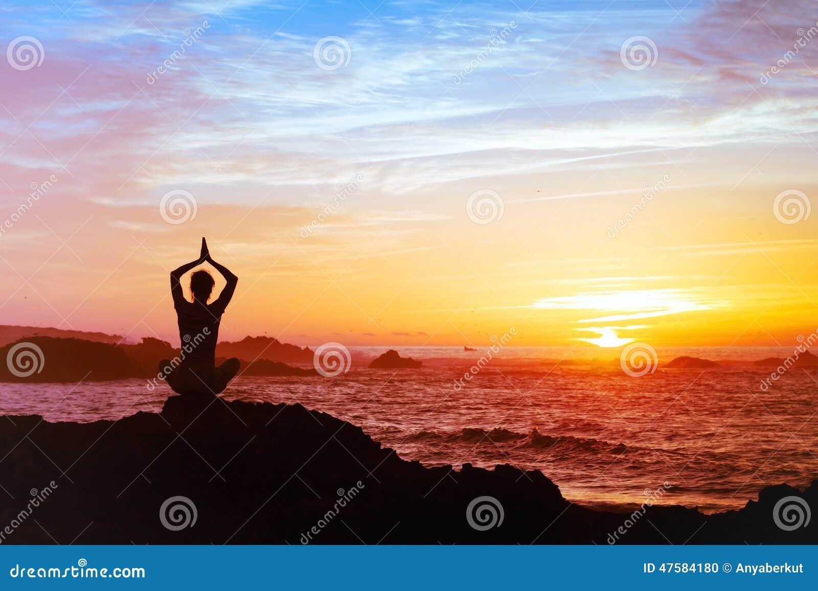 Silhueta da ioga praticando da pessoa