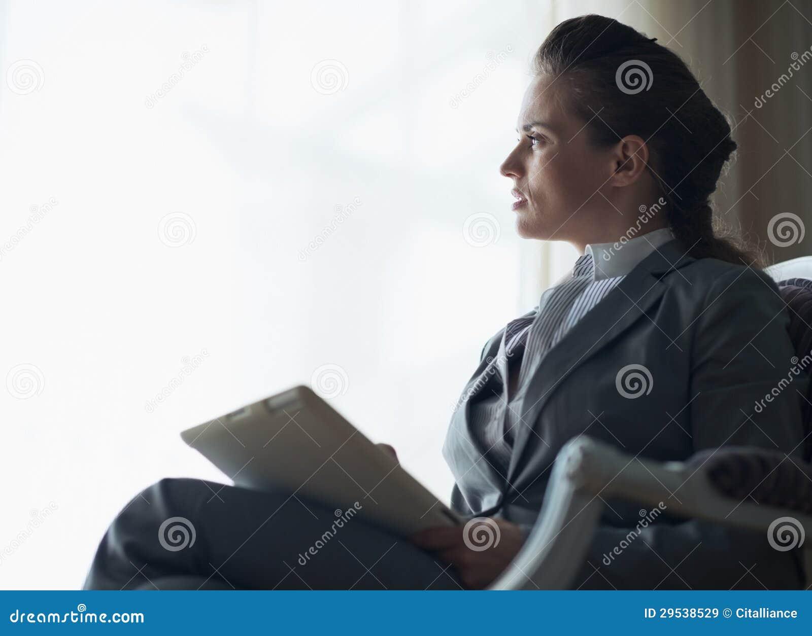Silhueta da mulher de negócio com PC da tabuleta