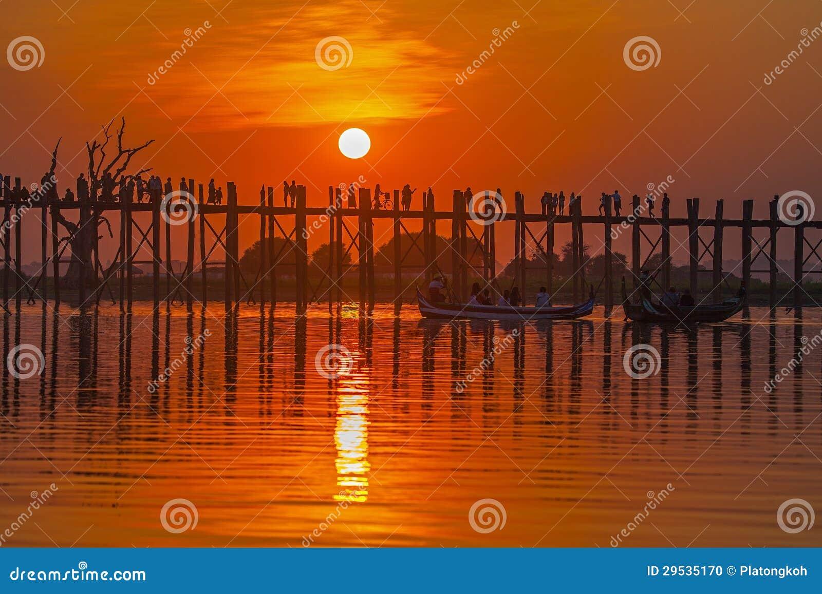 Silhueta da ponte do bein de U no por do sol