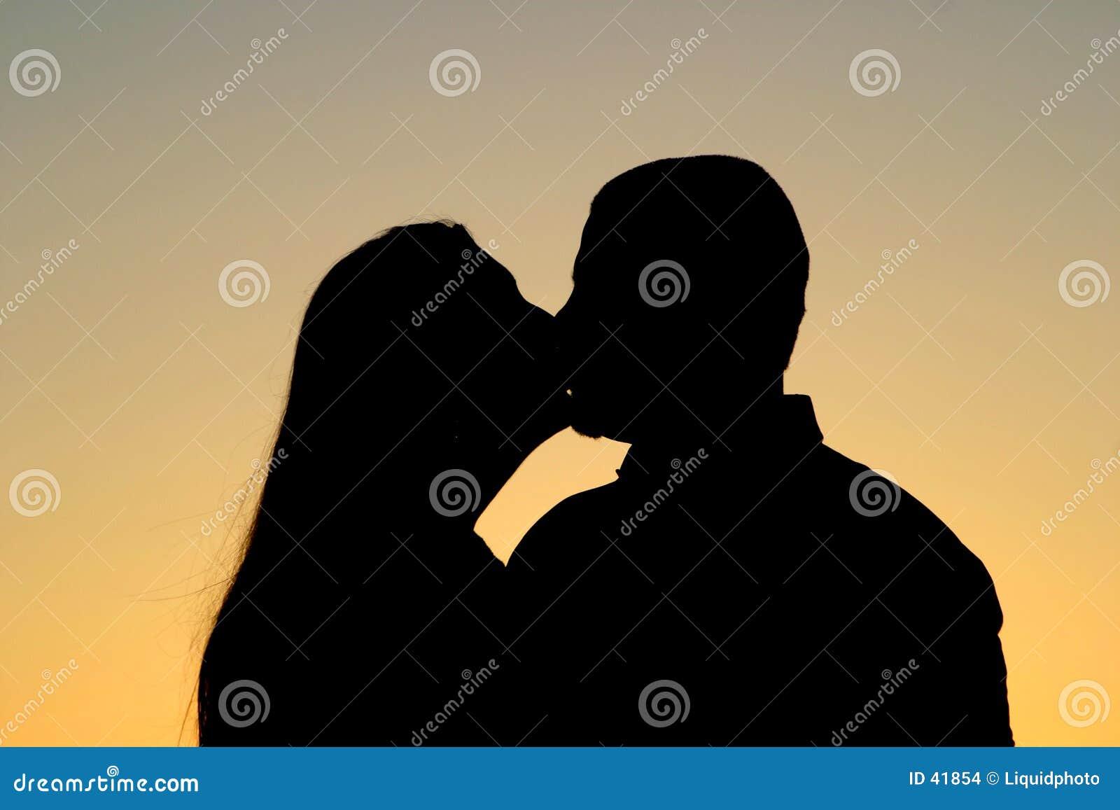 Silhueta de beijo dos pares