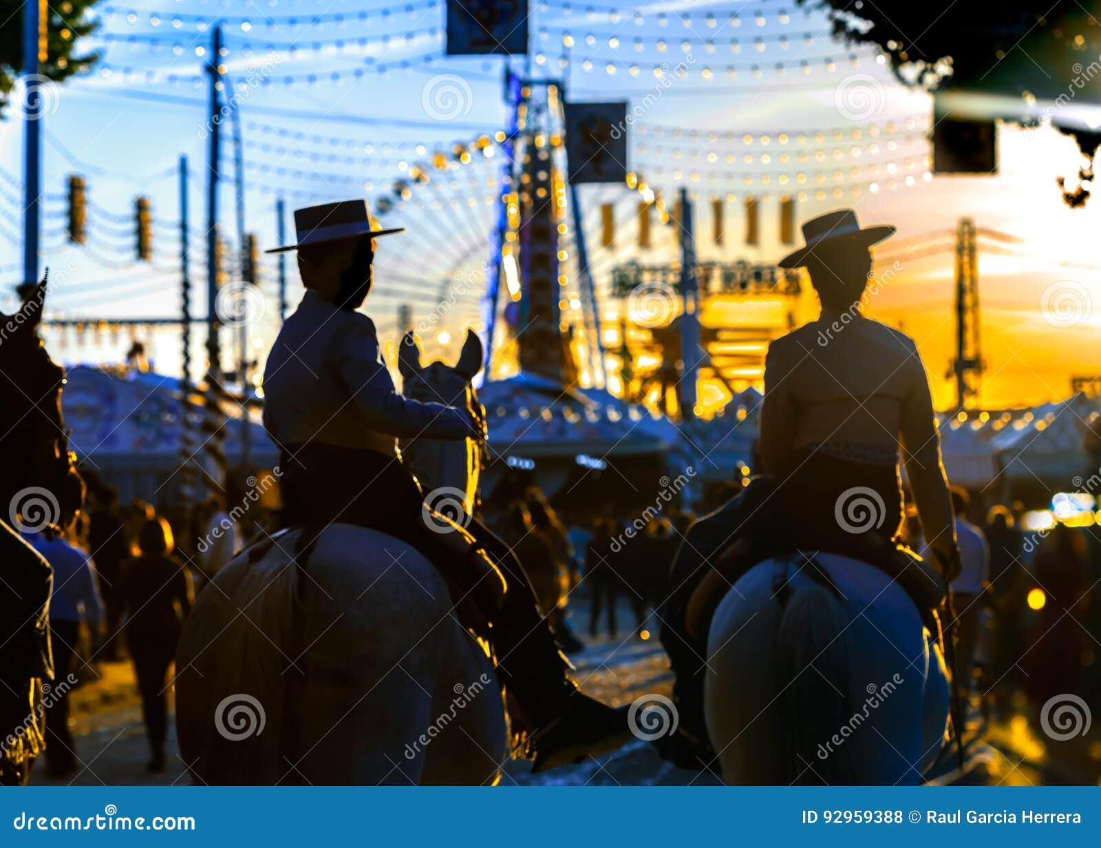 Silhueta de cavaleiros do cavalo no por do sol ` S April Fair de Sevilha Cultura espanhola