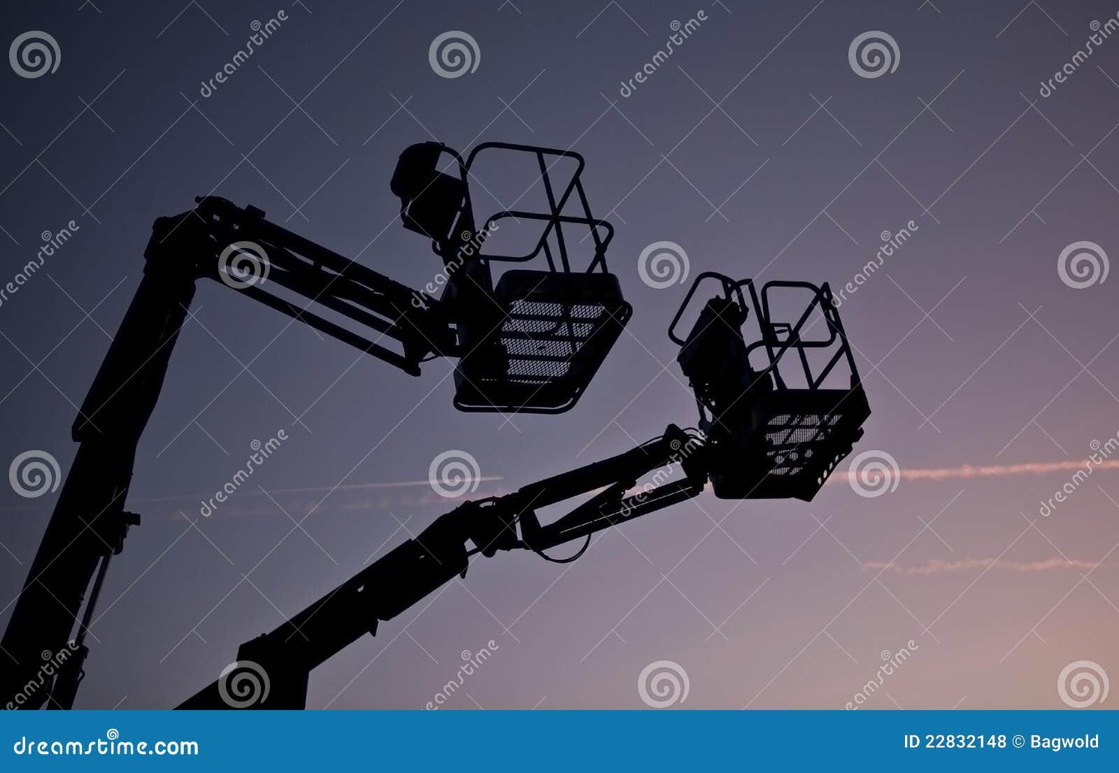 Silhueta de duas máquinas desbastadoras da cereja