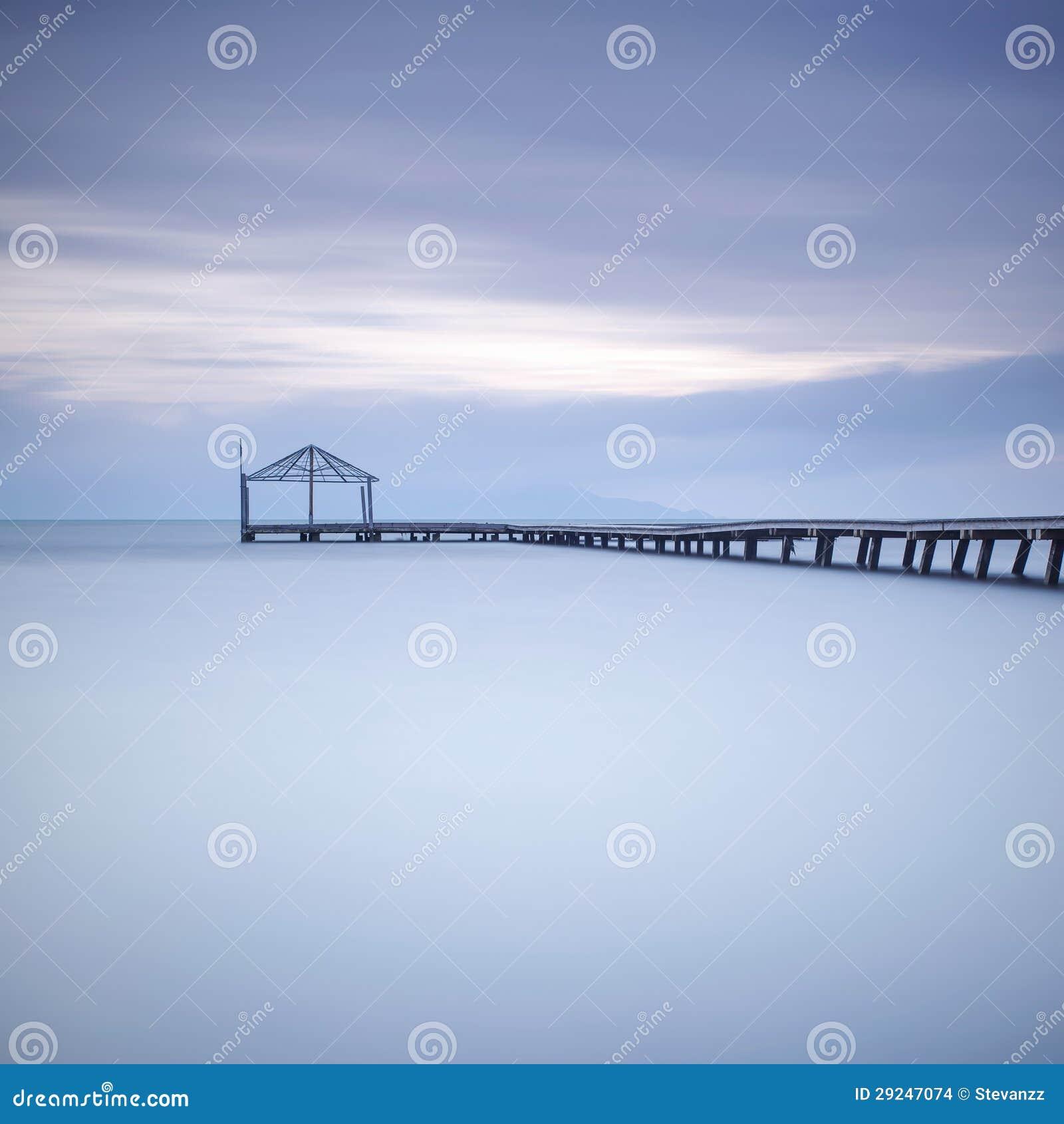 Download Silhueta De Madeira Do Cais Ou Do Molhe E Oceano Azul No Por Do Sol Foto de Stock - Imagem de promenade, outdoor: 29247074