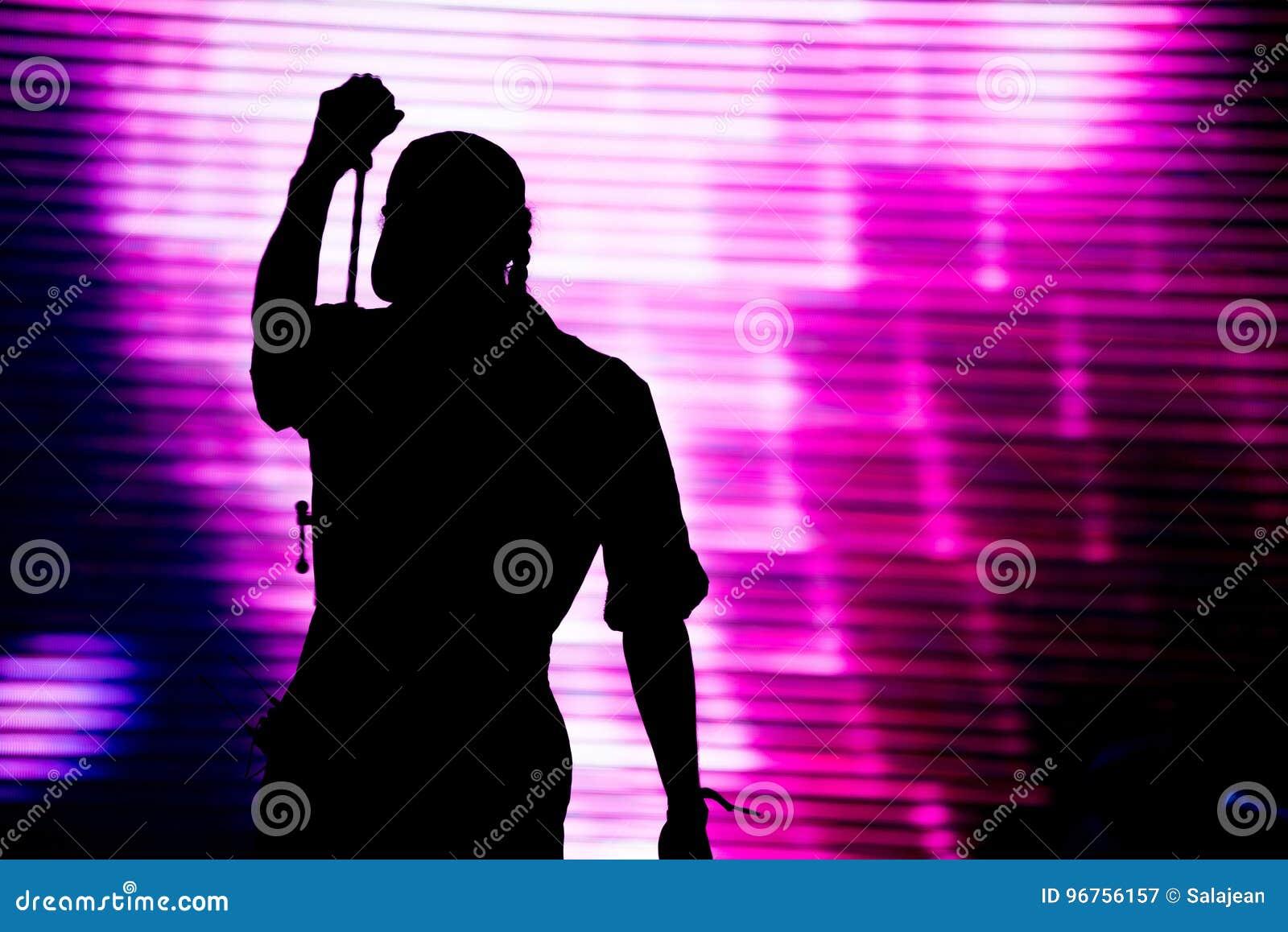 Silhueta de um canto do artista vivo na fase