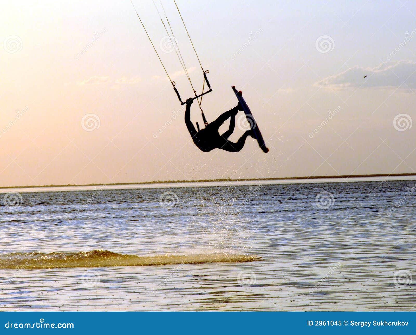 Silhueta de um kitesurf