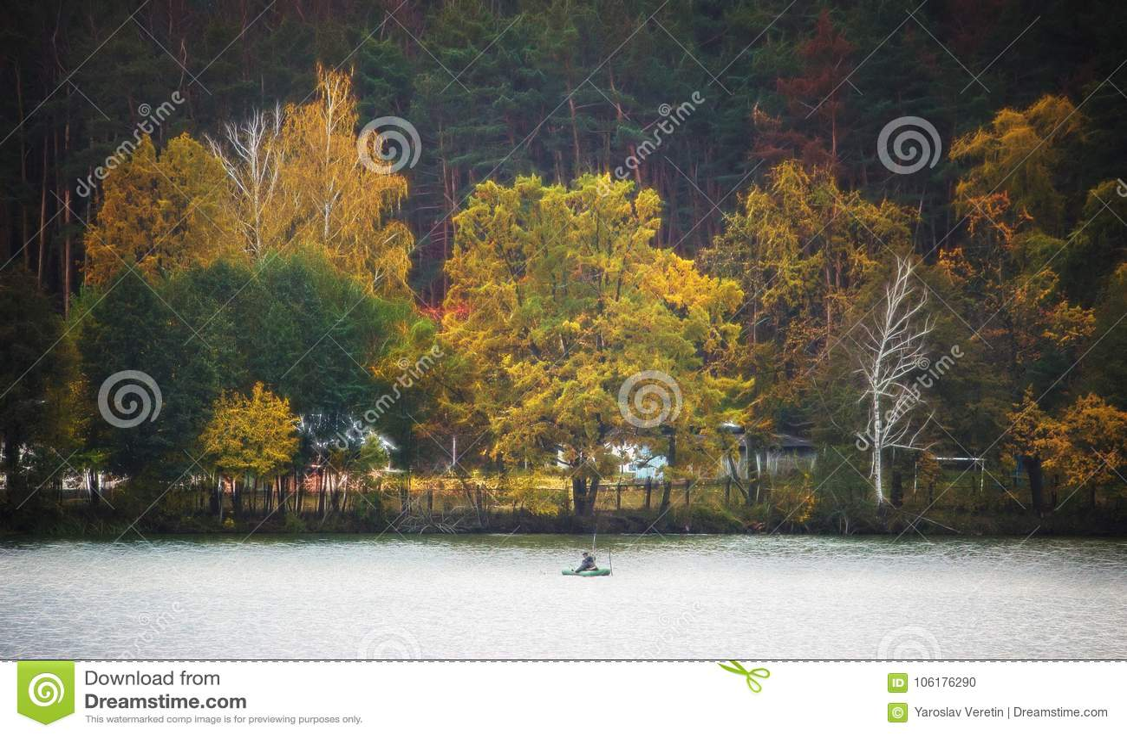 Silhueta de um pessoa em um barco no outono no por do sol