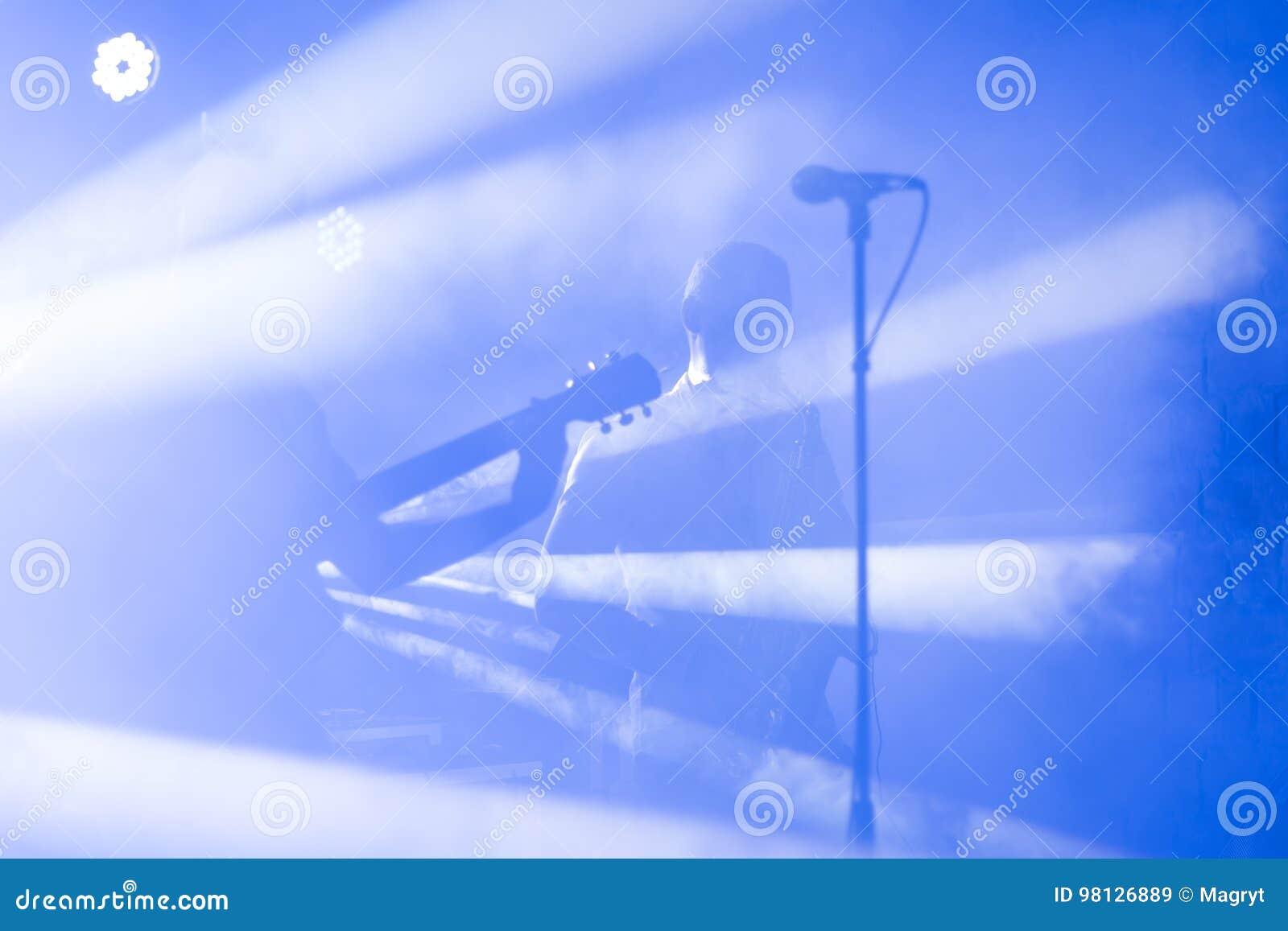 A silhueta do guitarrista executa em uma fase do concerto Fundo musical abstrato Faixa da música com guitarrista Jogo