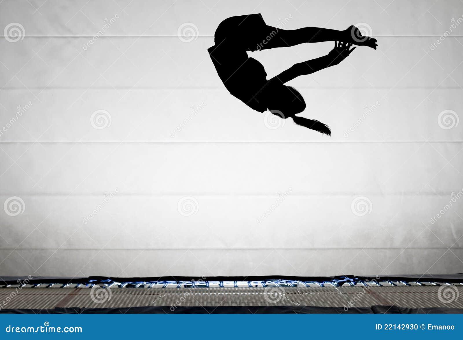Silhueta do gymnast no trampoline
