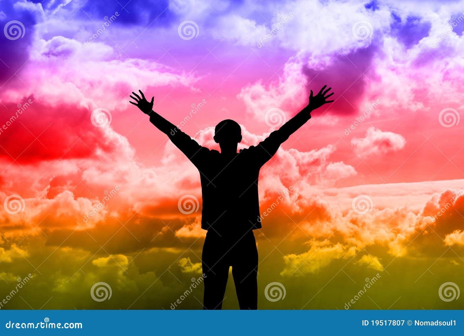 Silhueta do homem de encontro ao céu dramático