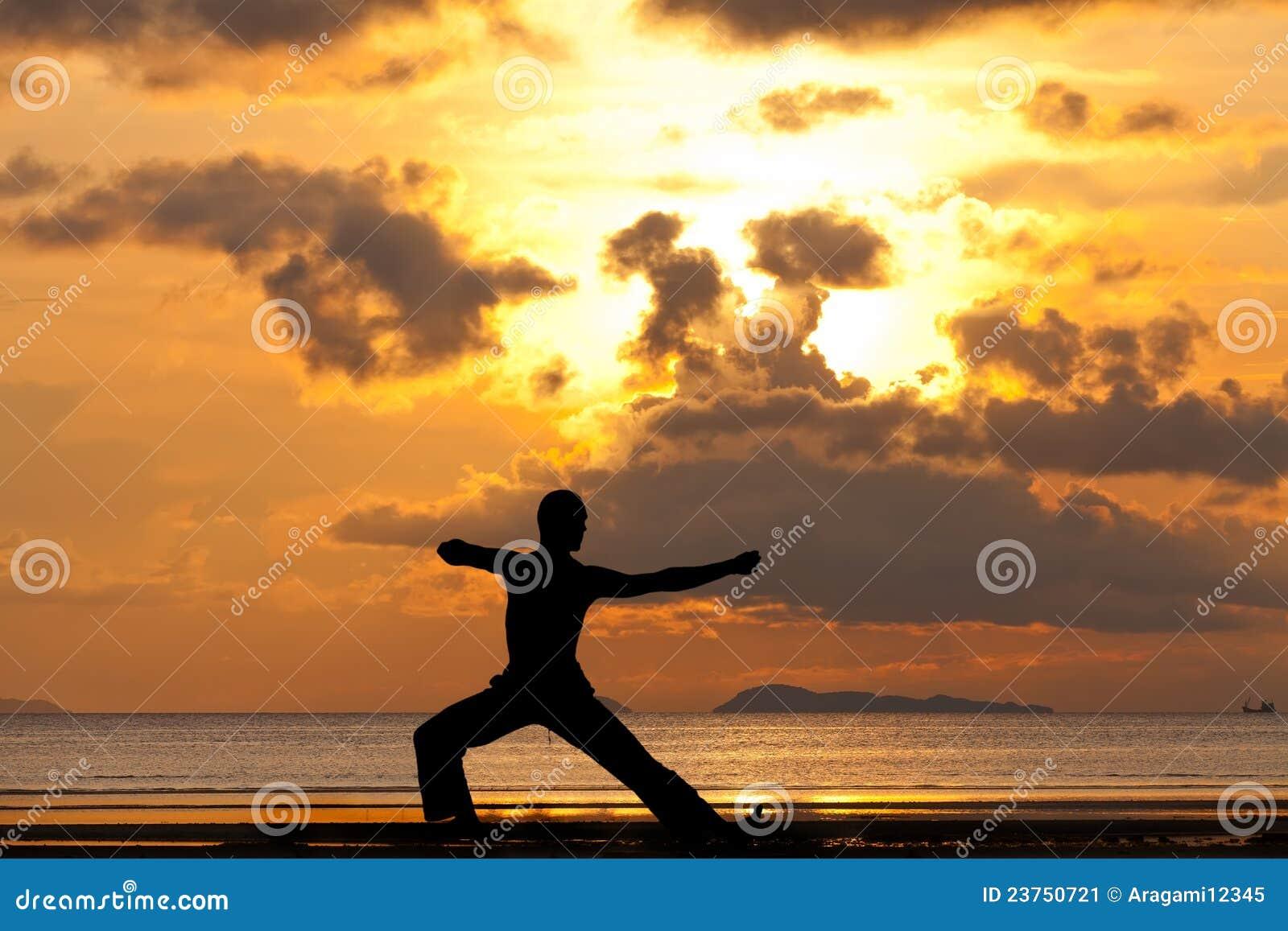 Silhueta do homem que faz o arqueiro do exercício da ioga