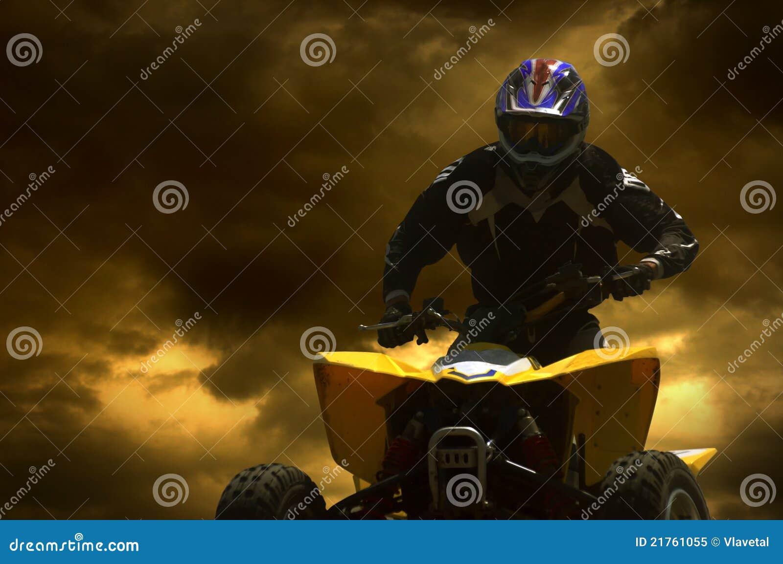 Silhueta do motociclista no por do sol