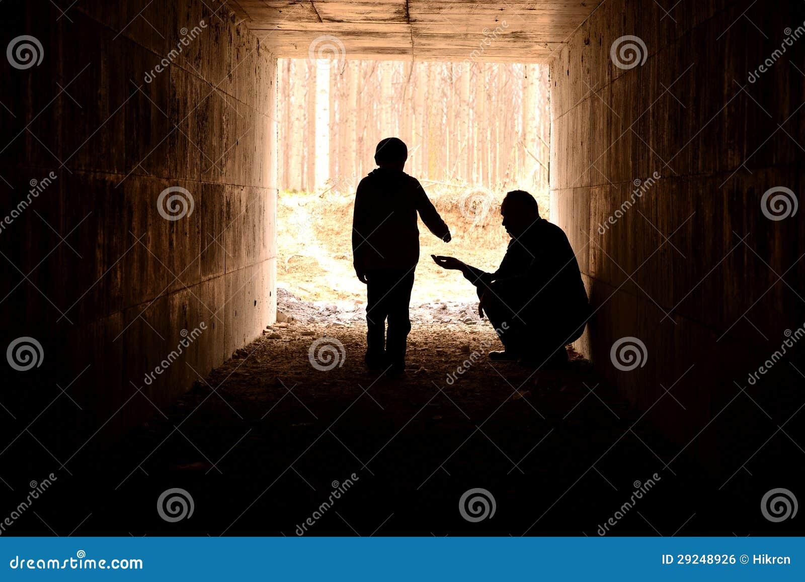 Download Silhueta Do Pobre Homem E Da Criança Foto de Stock - Imagem de desabrigado, criança: 29248926