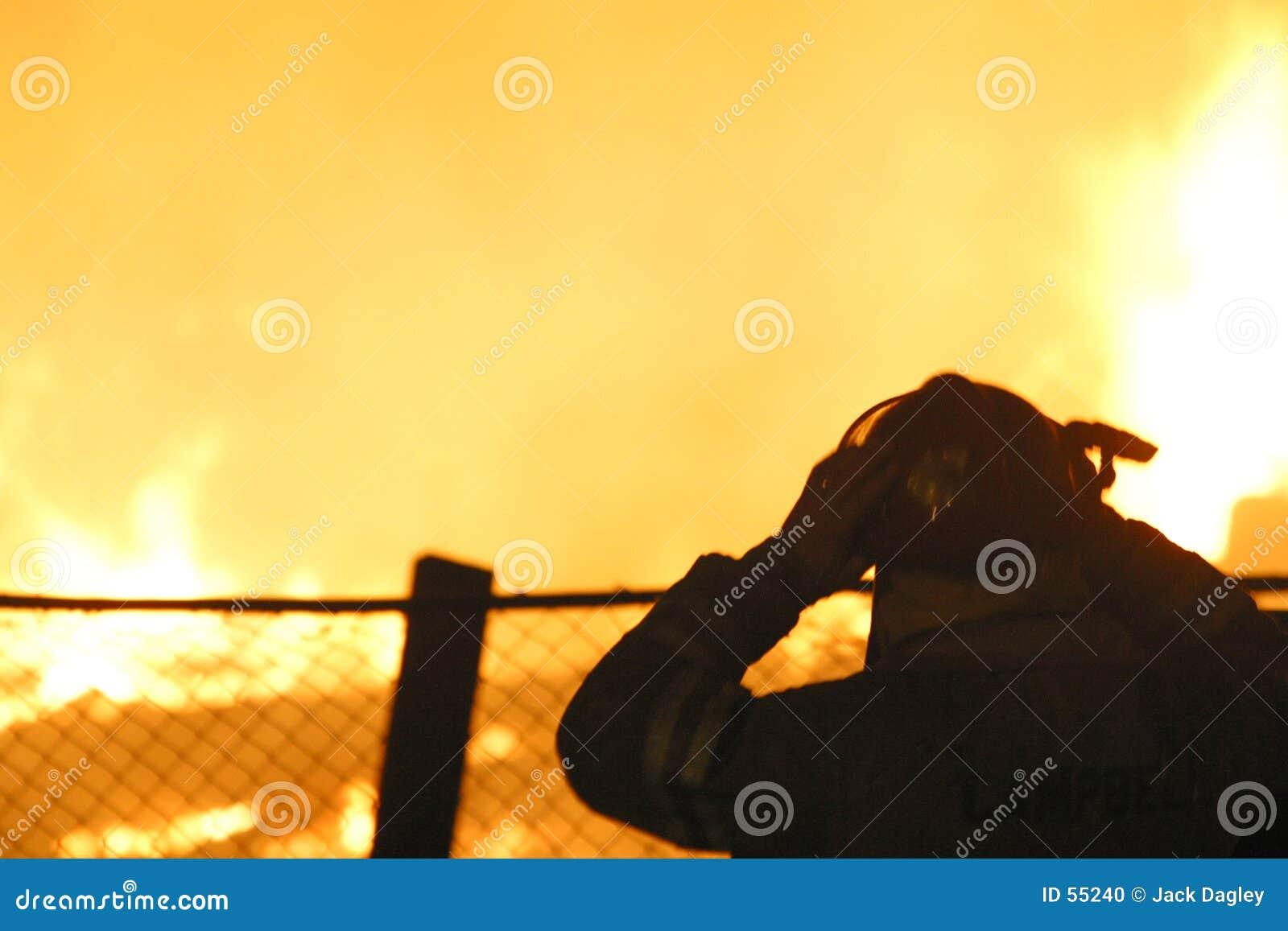 Silhueta do sapador-bombeiro em uma chama