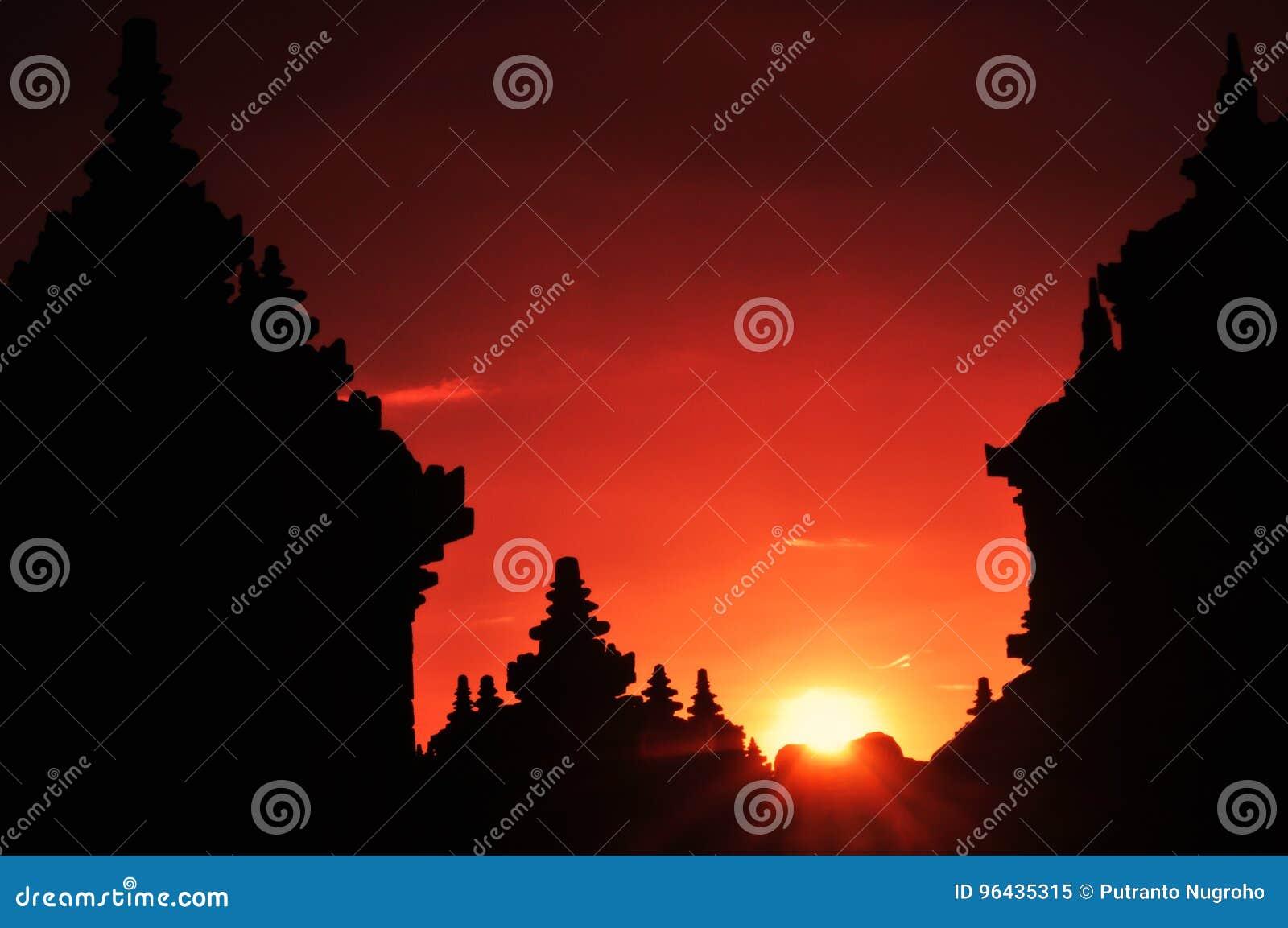 Silhueta do templo no por do sol