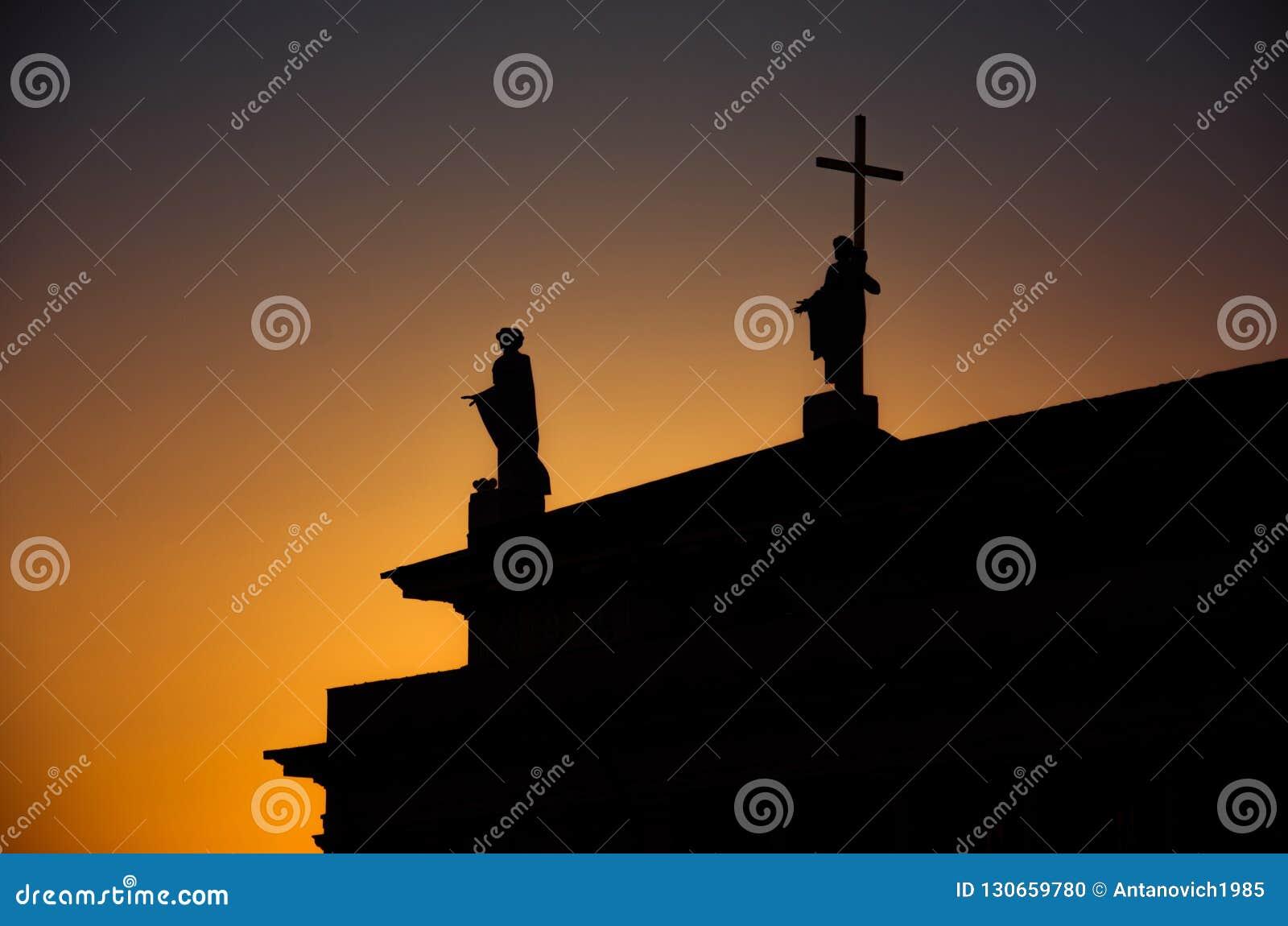 Silhueta dos monumentos no telhado da catedral, Vilnius, Lituânia