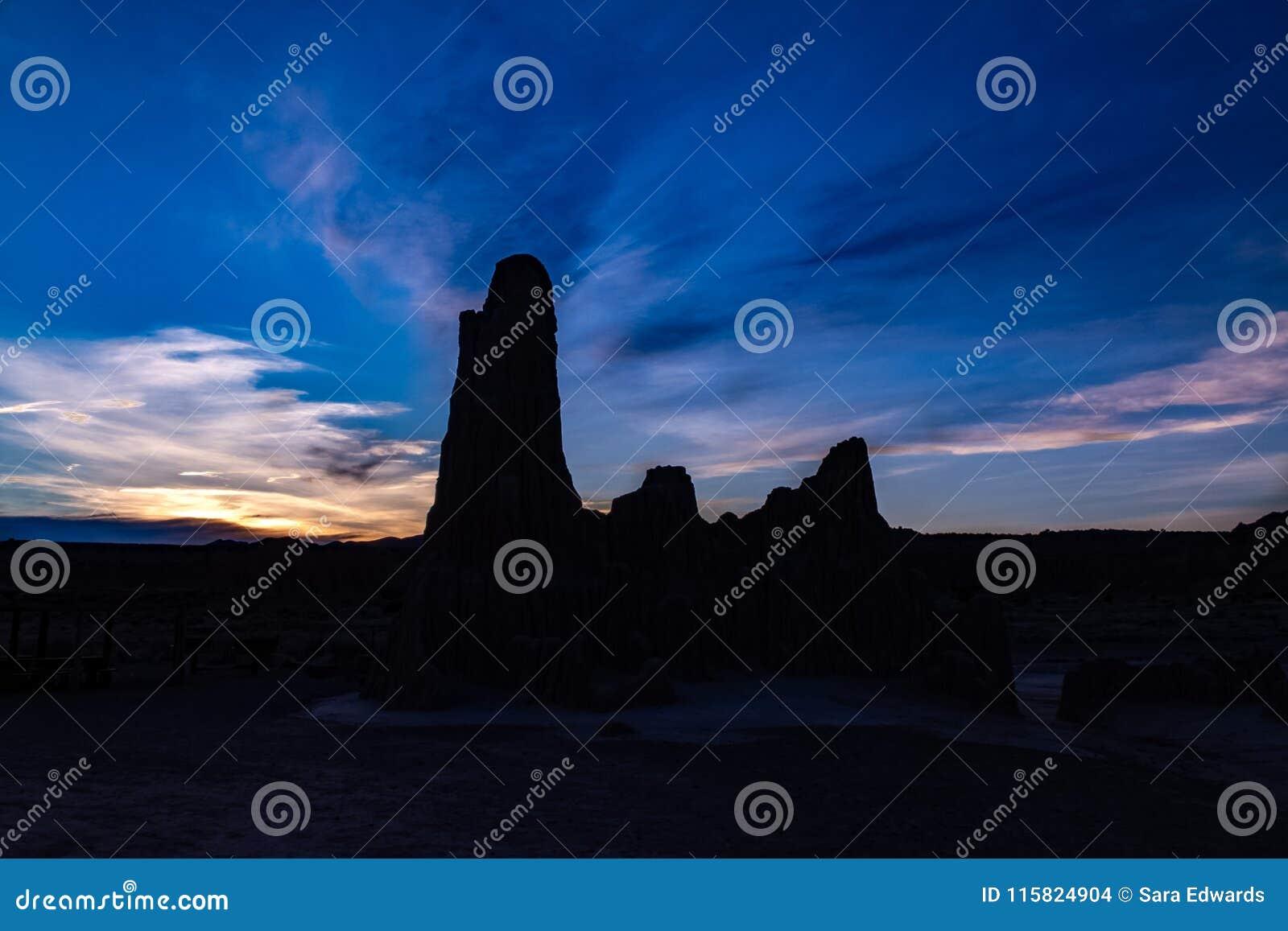 Silhueta incrível do parque estadual do desfiladeiro da catedral no por do sol