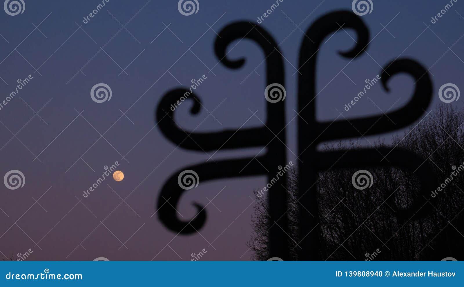 Silhueta transversal e o céu com Lua cheia