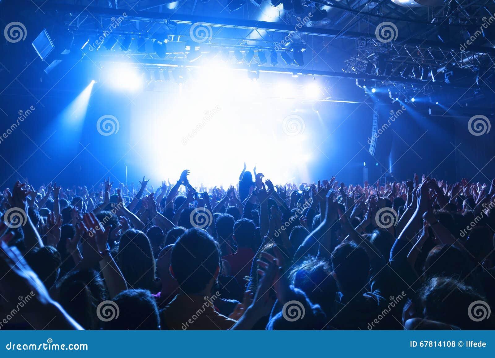 Silhuetas da multidão no concerto da música