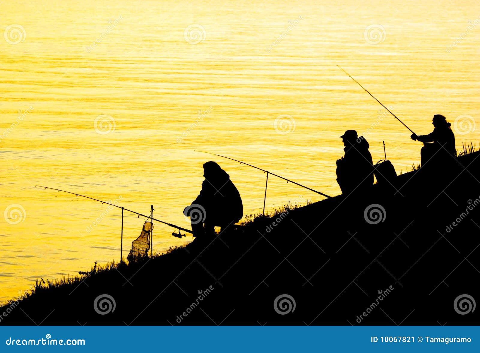 Silhuetas de homens da pesca