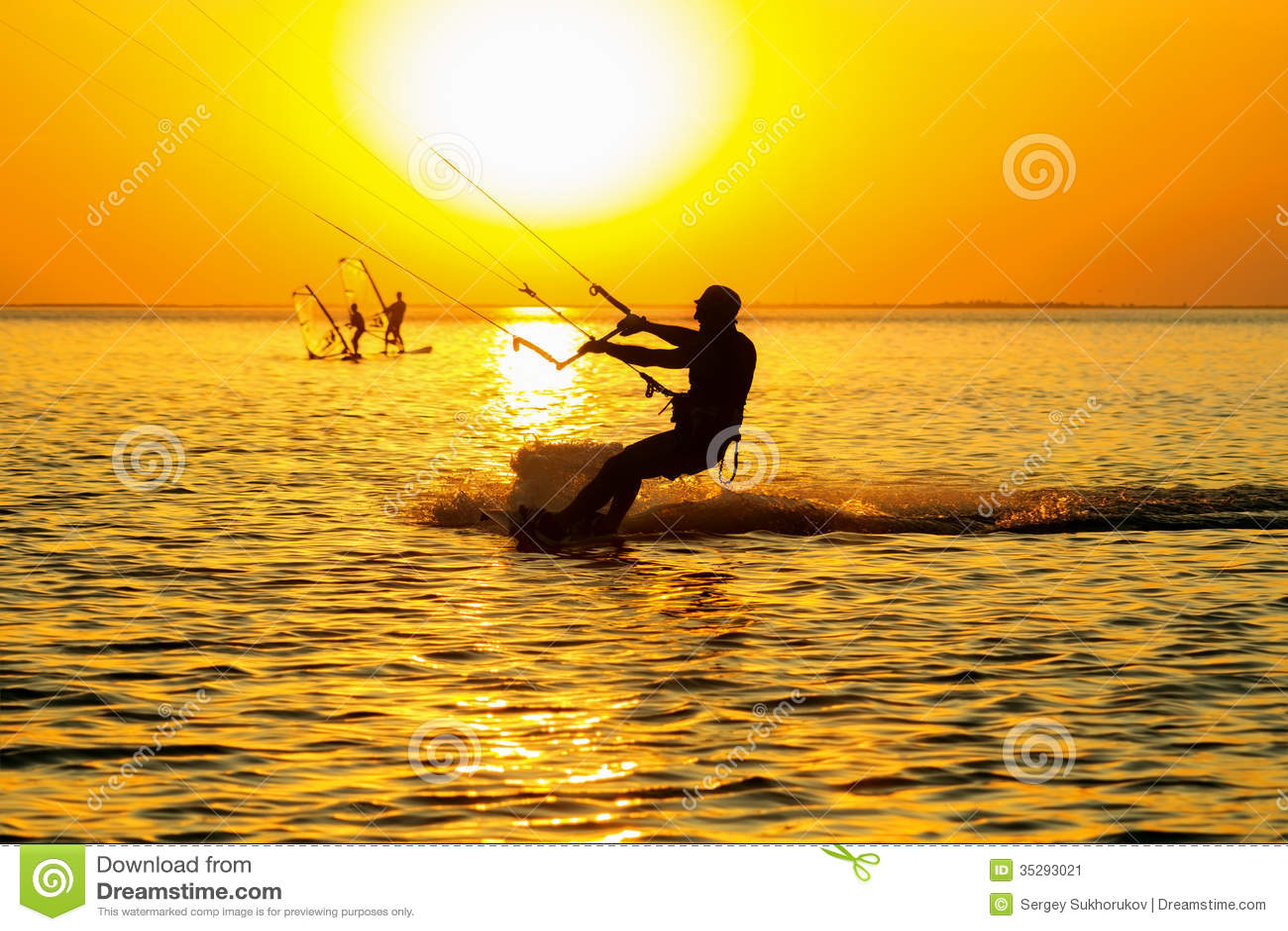 Silhuetas do windsurfers