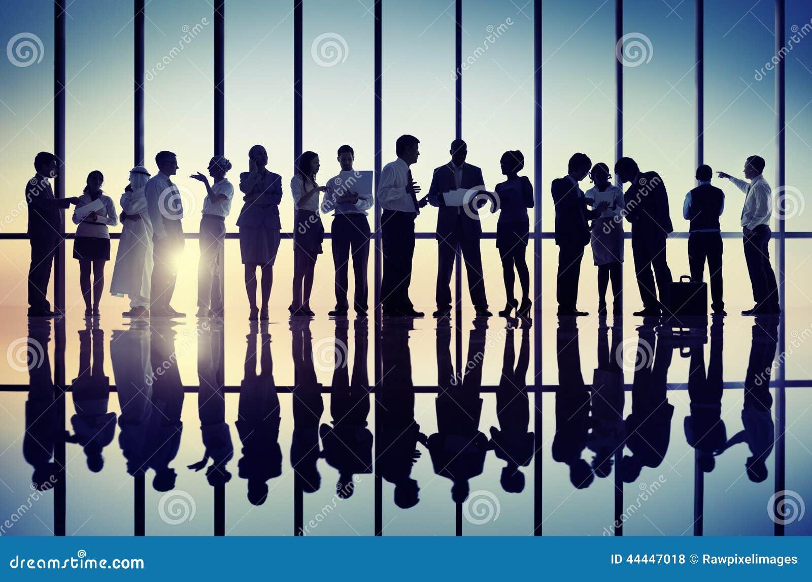 Silhuetas dos executivos que trabalham junto