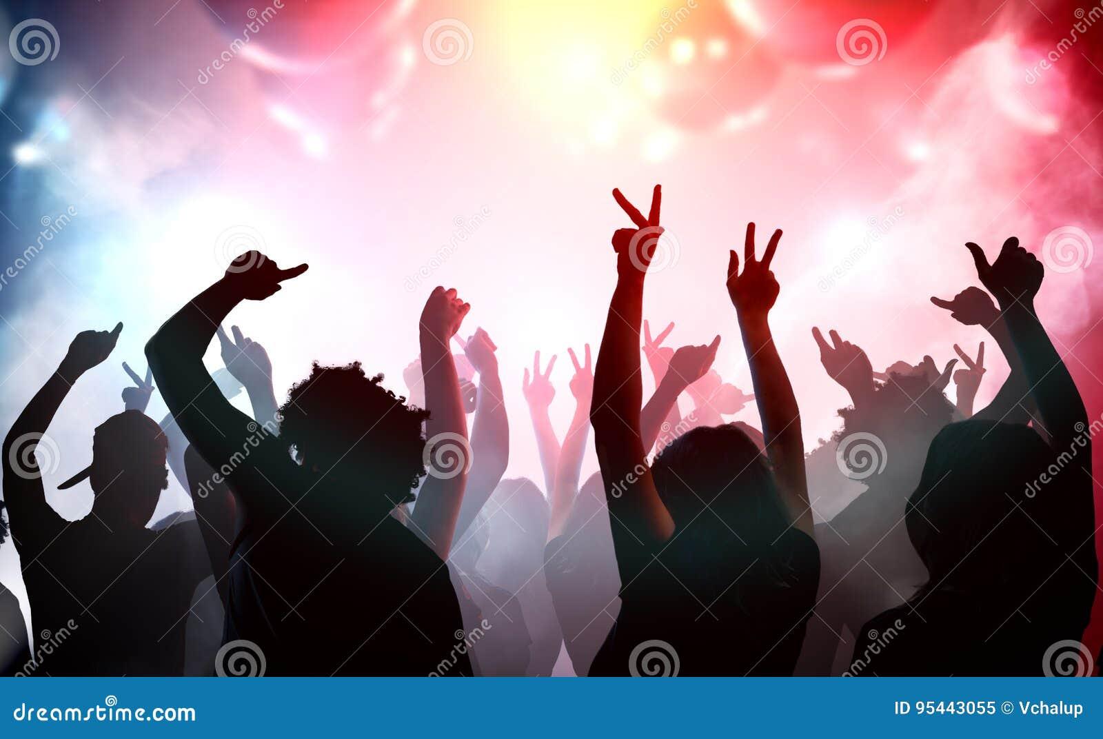 Silhuetas dos jovens que dançam no clube Conceito do disco e do partido