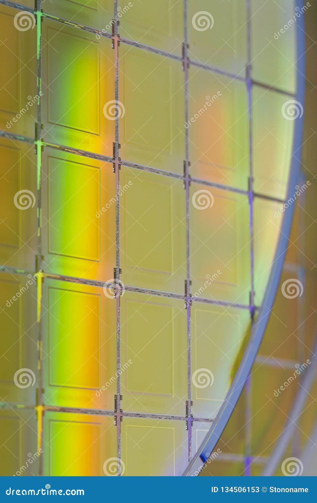 Siliciumwafeltjes en Microschakelingen - een wafeltje is een dunne plak van halfgeleidermateriaal, zoals een kristallijn binnen g
