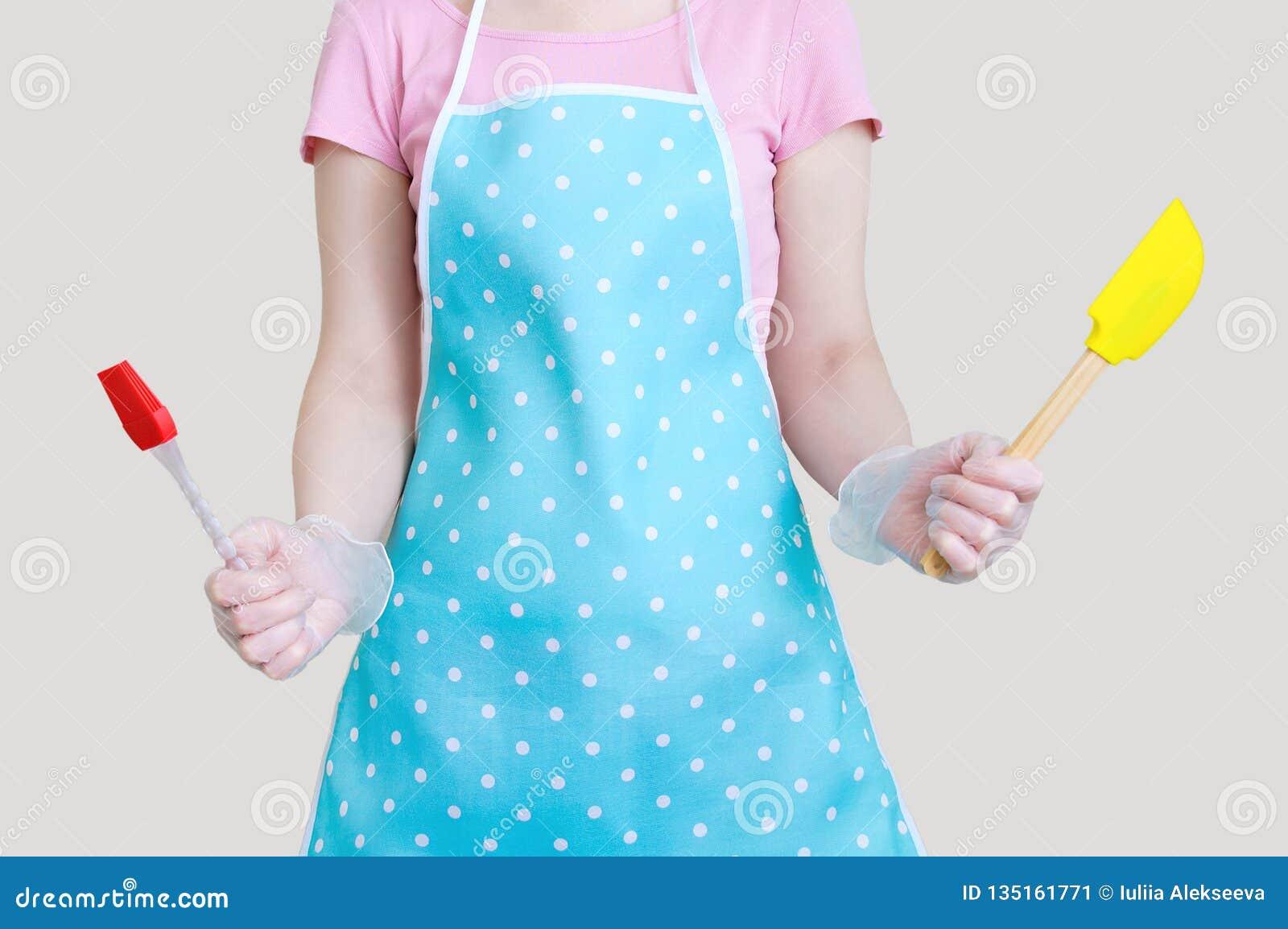 Silikonspatel för blandande krämer och efterrätter I den kvinnliga handen vit isolat