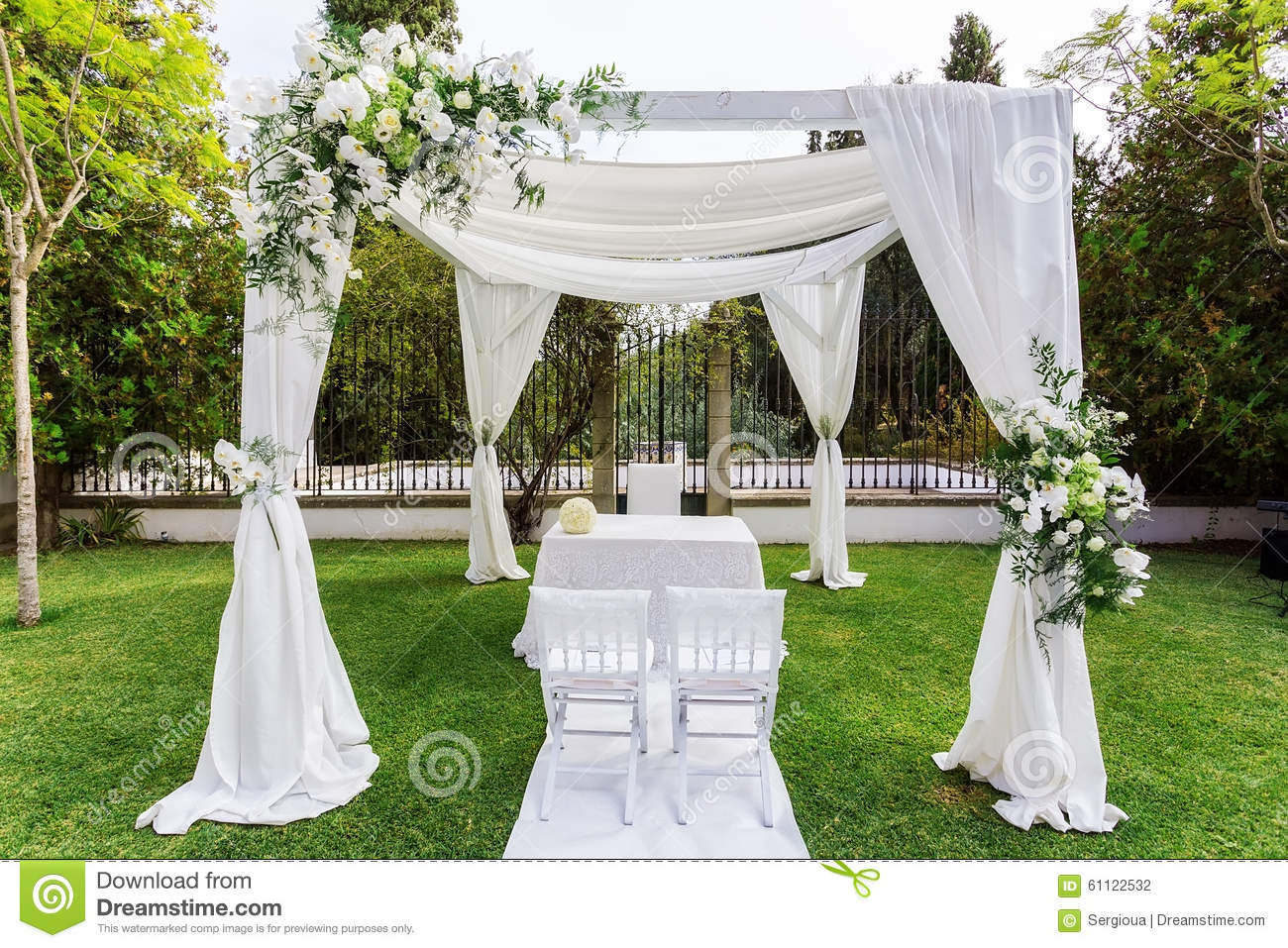 Silk tent for the wedding ceremony for the newlyweds the for Arreglos de mesa para boda en jardin