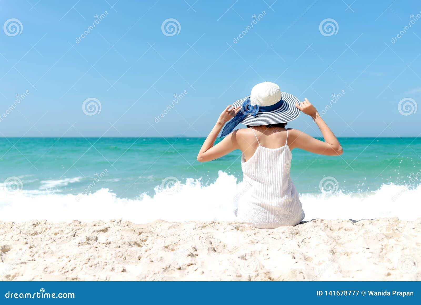 Silla de cubierta en la playa en Brighton Viajes del verano de la moda del vestido blanco de la mujer de la forma de vida que lle