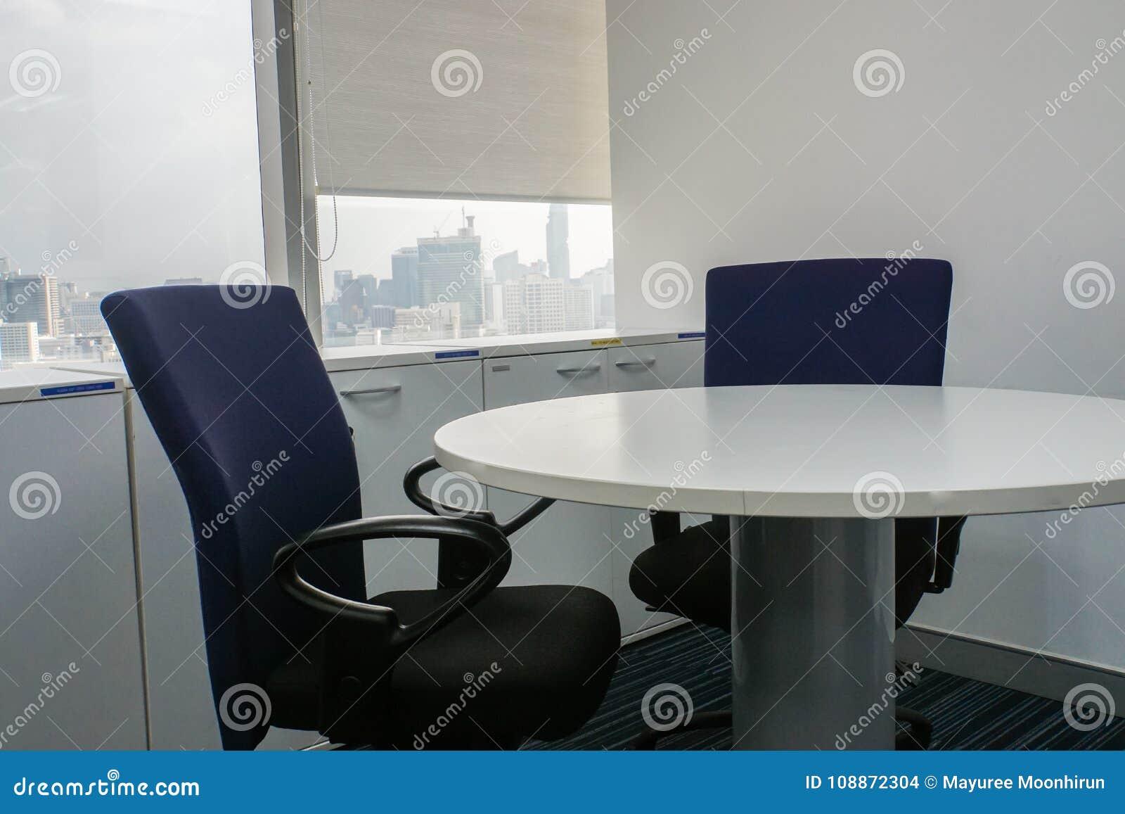 Silla De La Oficina Y Mesa Redonda Blanca En Sala De Reunión Foto de ...