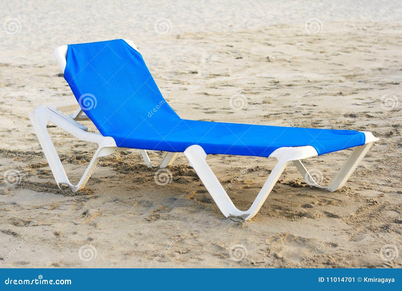 Silla de playa azul en una playa abandonada imagen de archivo imagen de cubo fondo 11014701 - Silla de playa ...