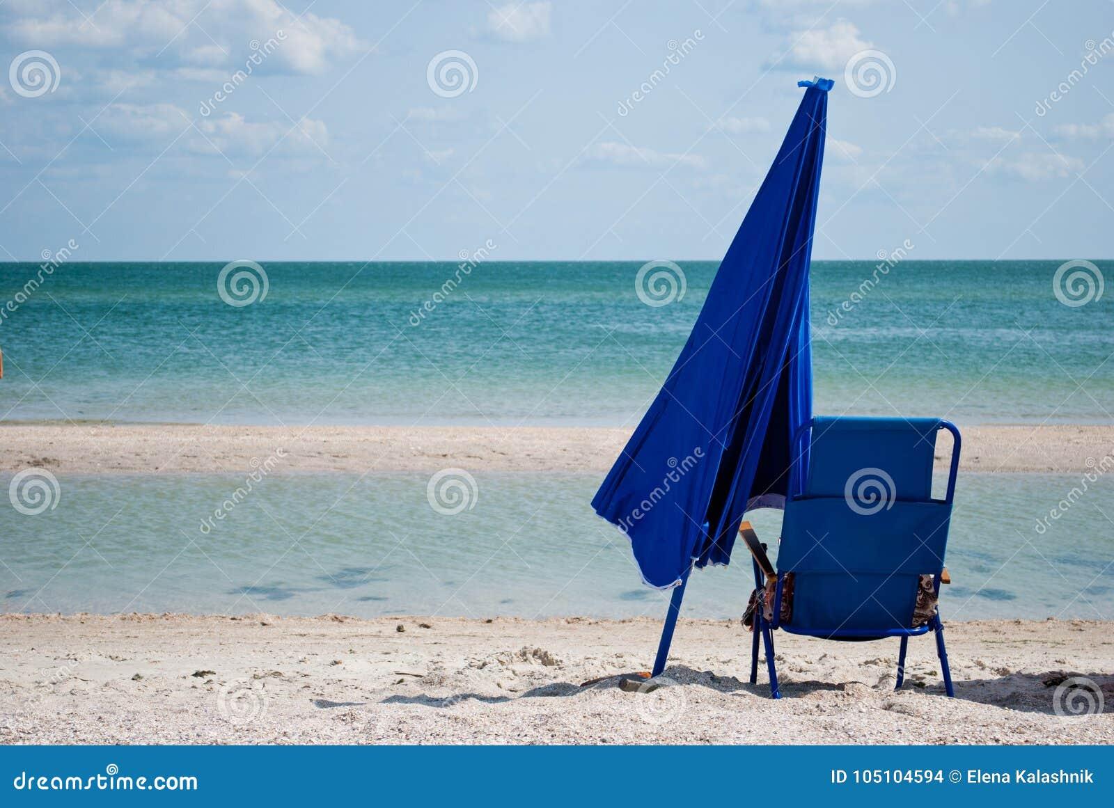 sitio oficial bueno producto caliente Silla De Playa Azul Y Paraguas Grande Azul Por El Verano Del Cielo ...