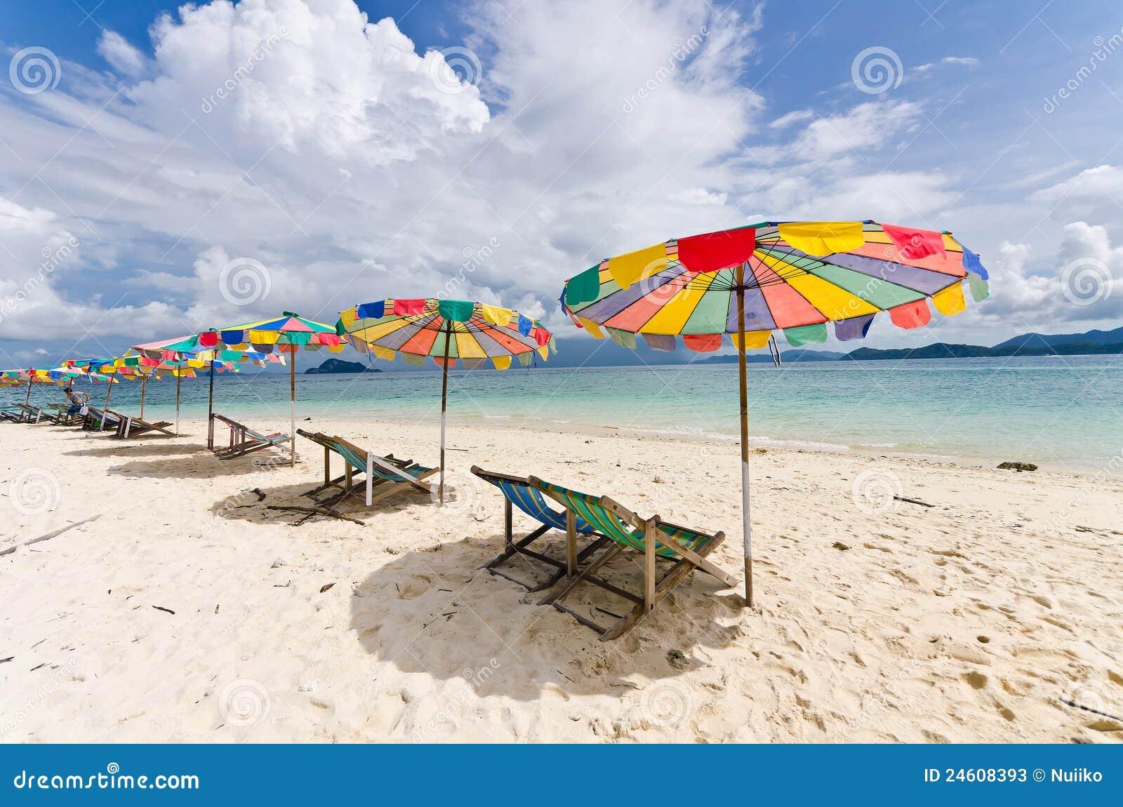 Silla de playa y paraguas colorido en la playa fotos de - Silla para la playa ...