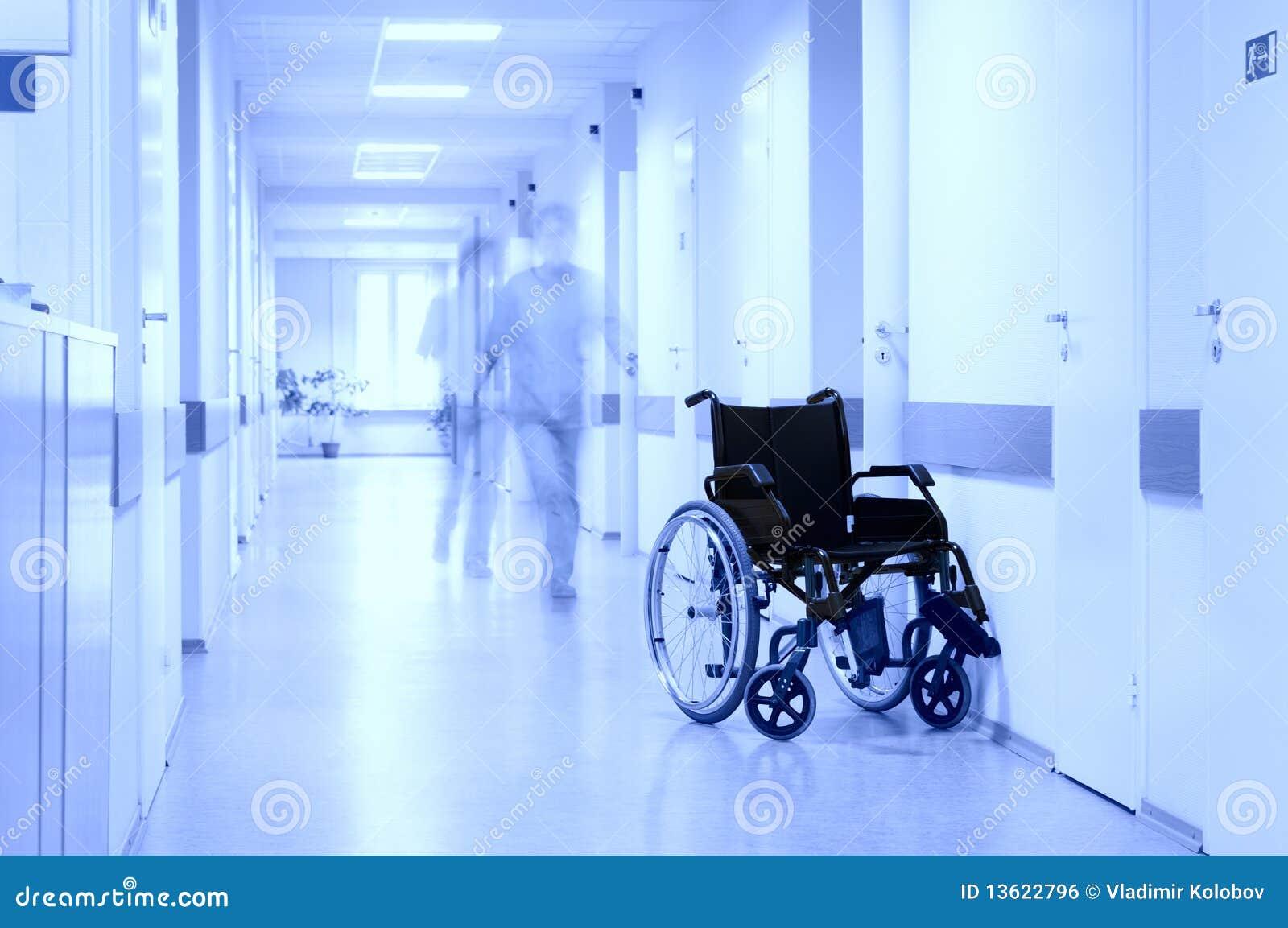 Silla de rueda en el pasillo del hospital.