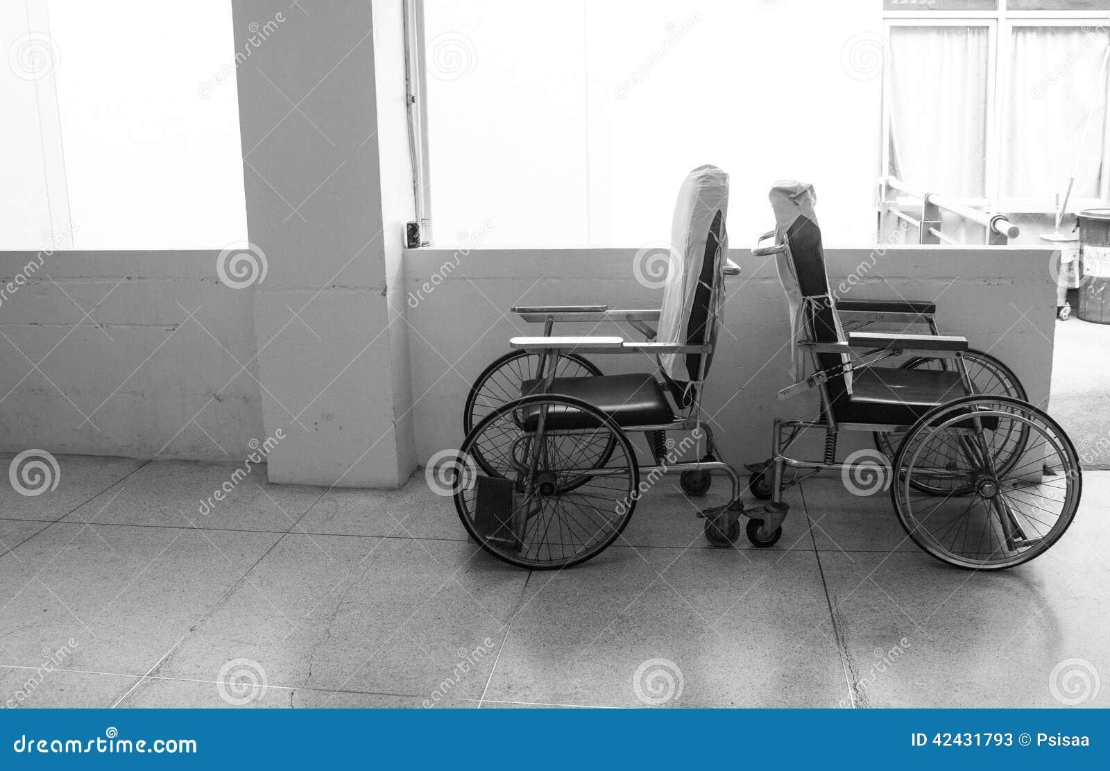 Silla de ruedas vacía en pasillo del hospital